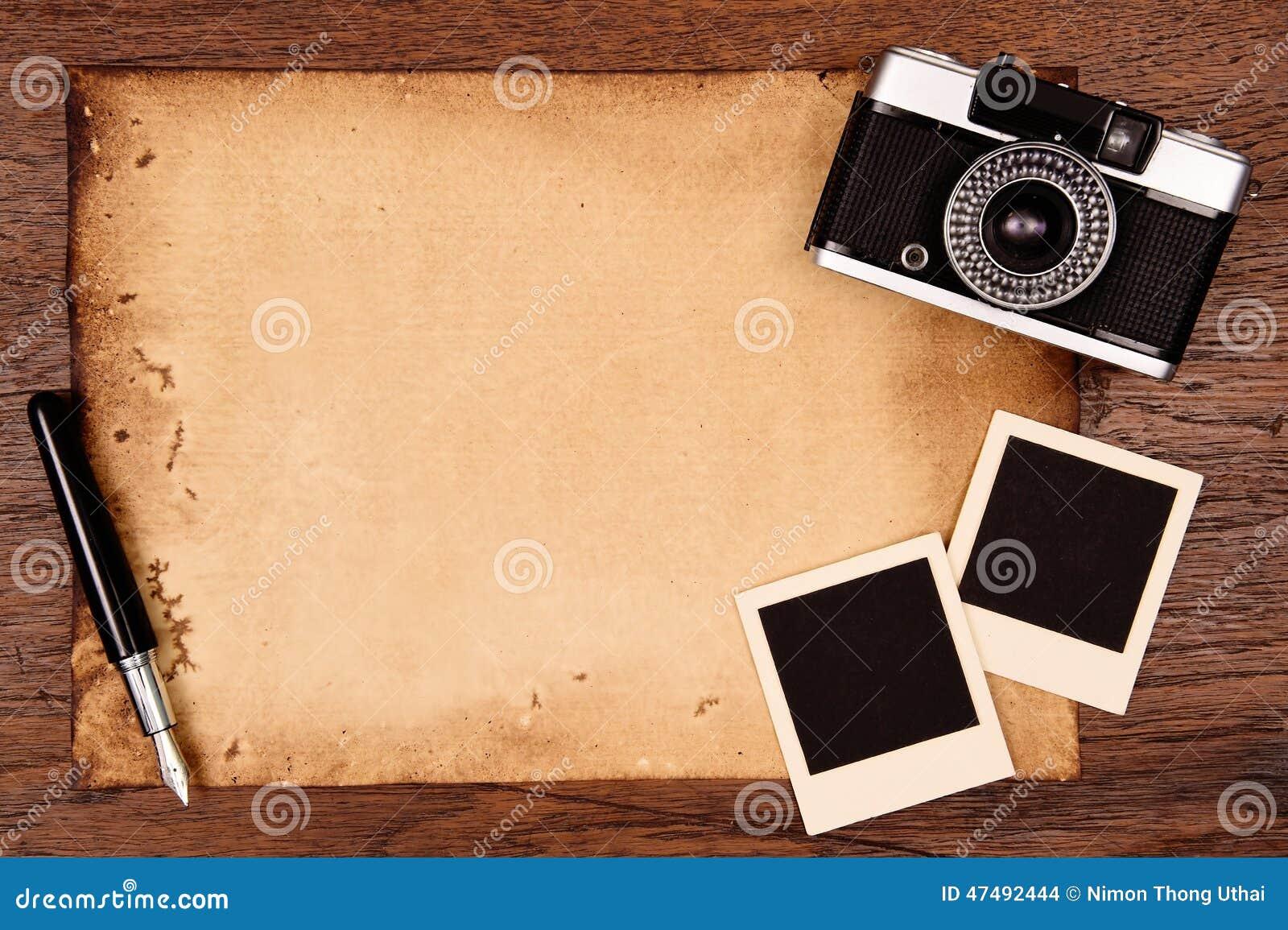 老纸、墨水笔和葡萄酒照片框架与照相机
