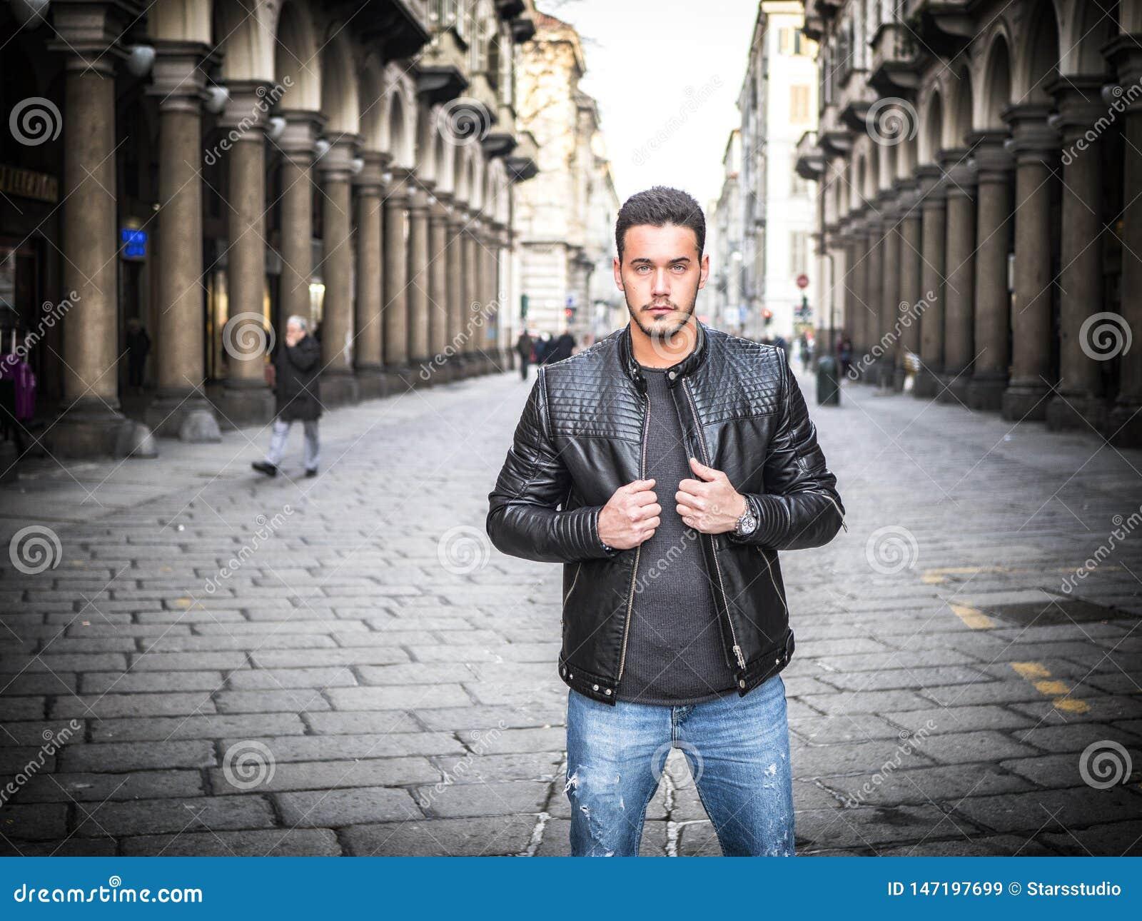 老经典城市设置的一英俊的年轻人