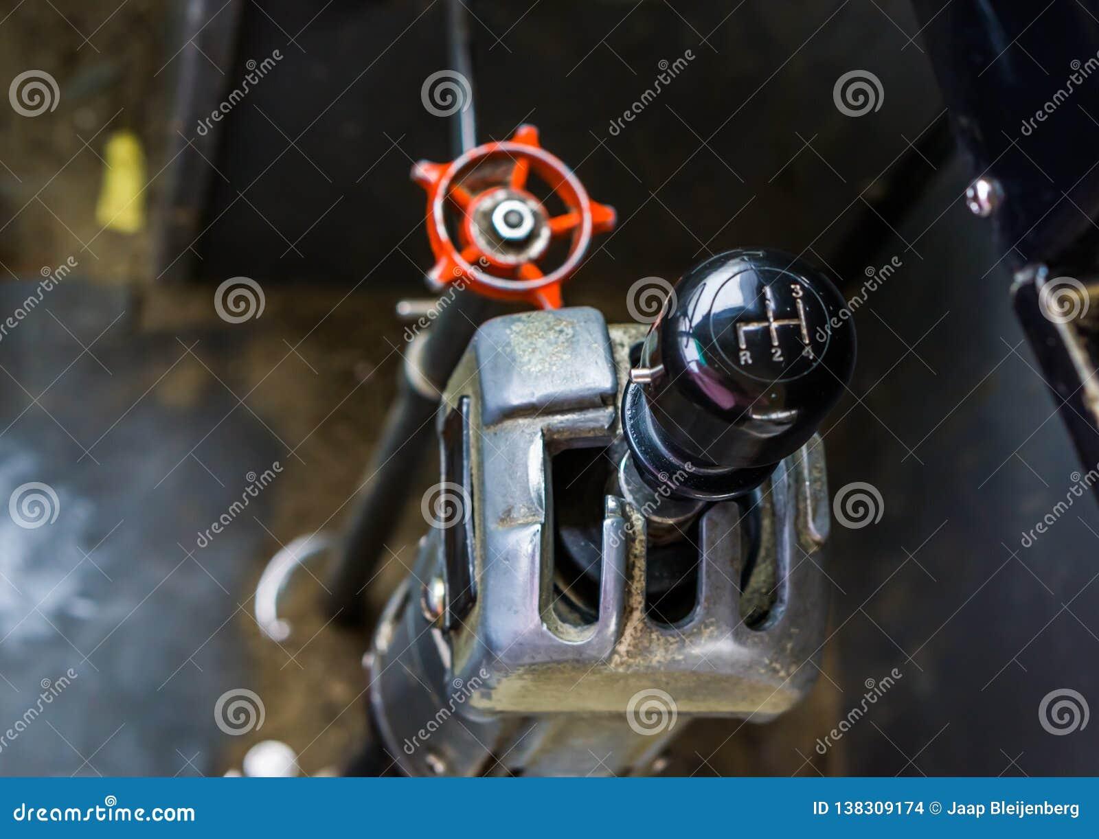 老葡萄酒公共汽车齿轮粪杠杆,一辆减速火箭的车的内部
