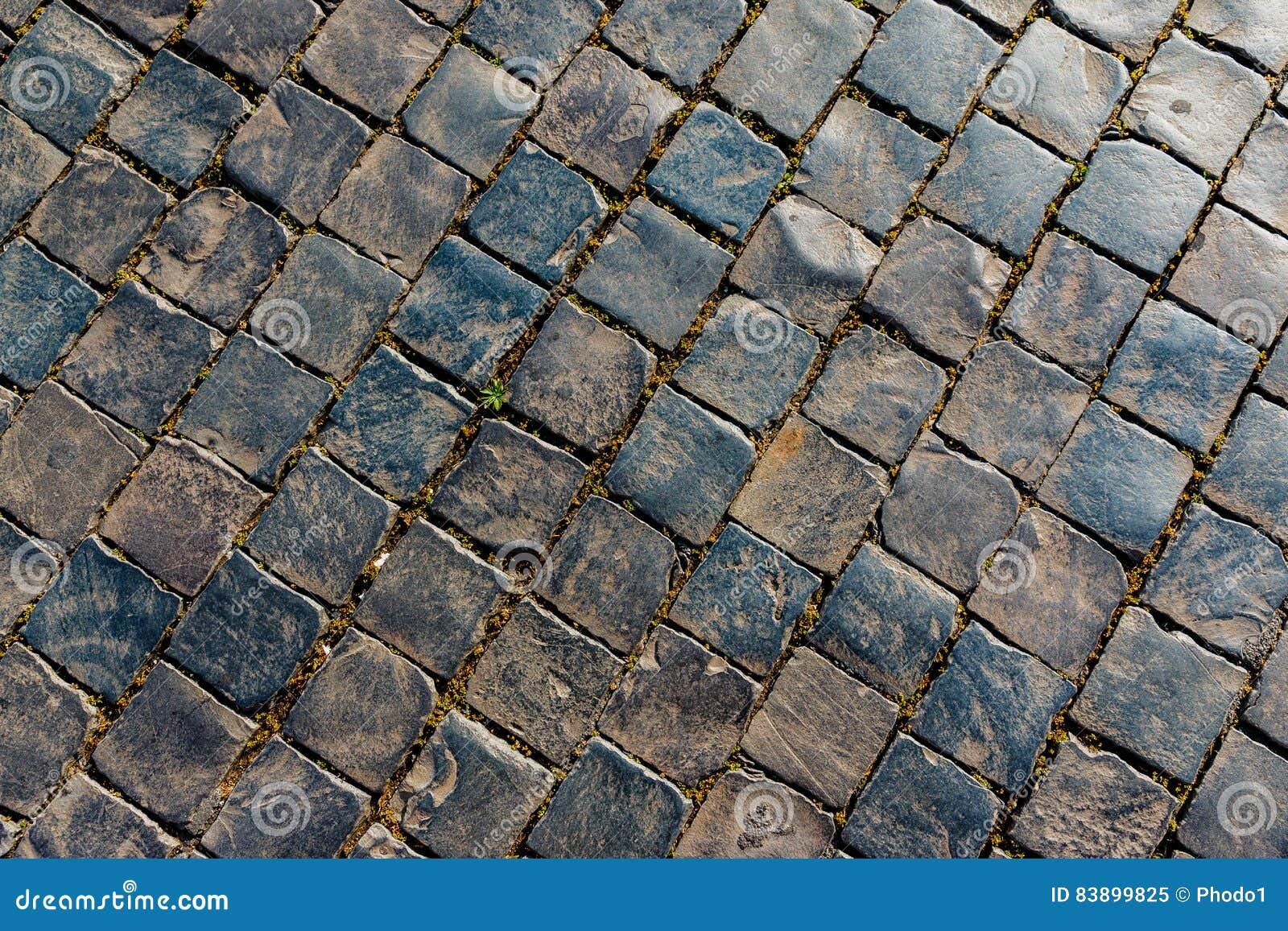 老街道向样式扔石头