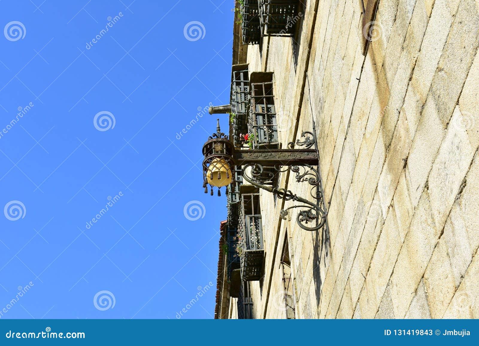 老路灯到底在接近大教堂的安德烈斯广场 石墙和铁细节 compostela de圣地亚哥西班牙 蓝天星期日