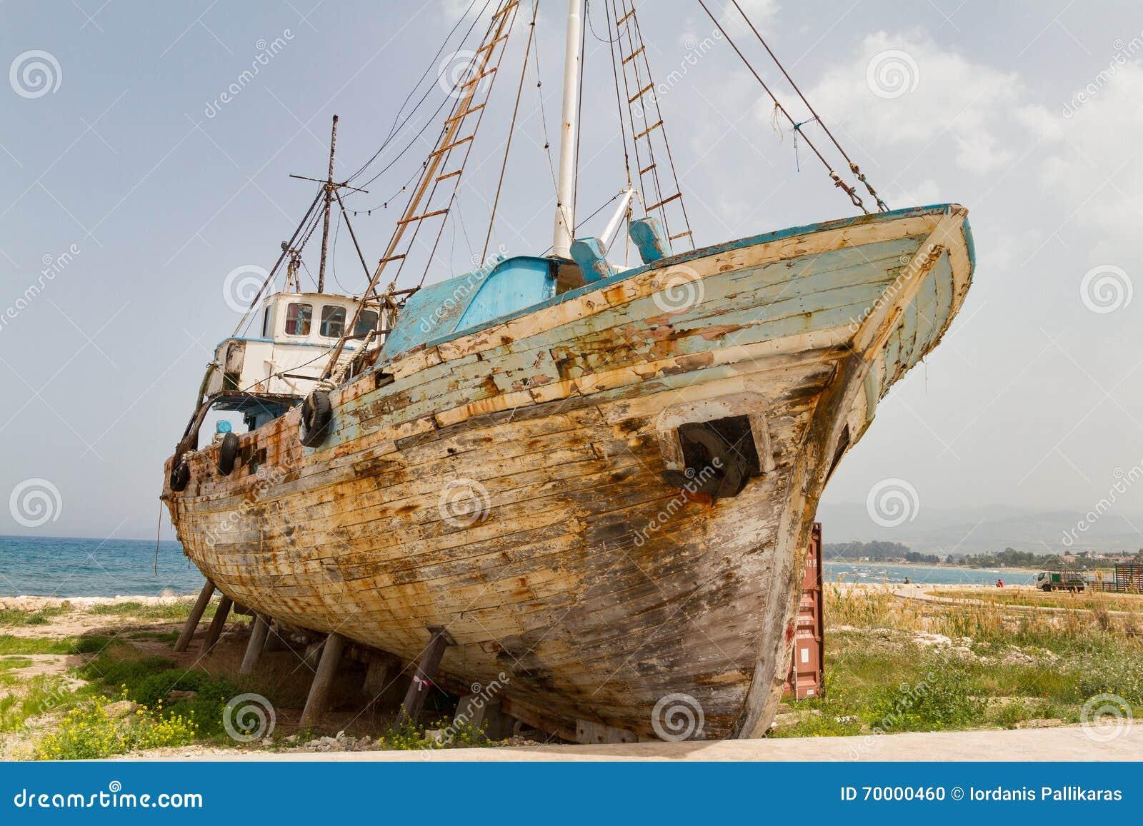 老遗弃木渔船击毁