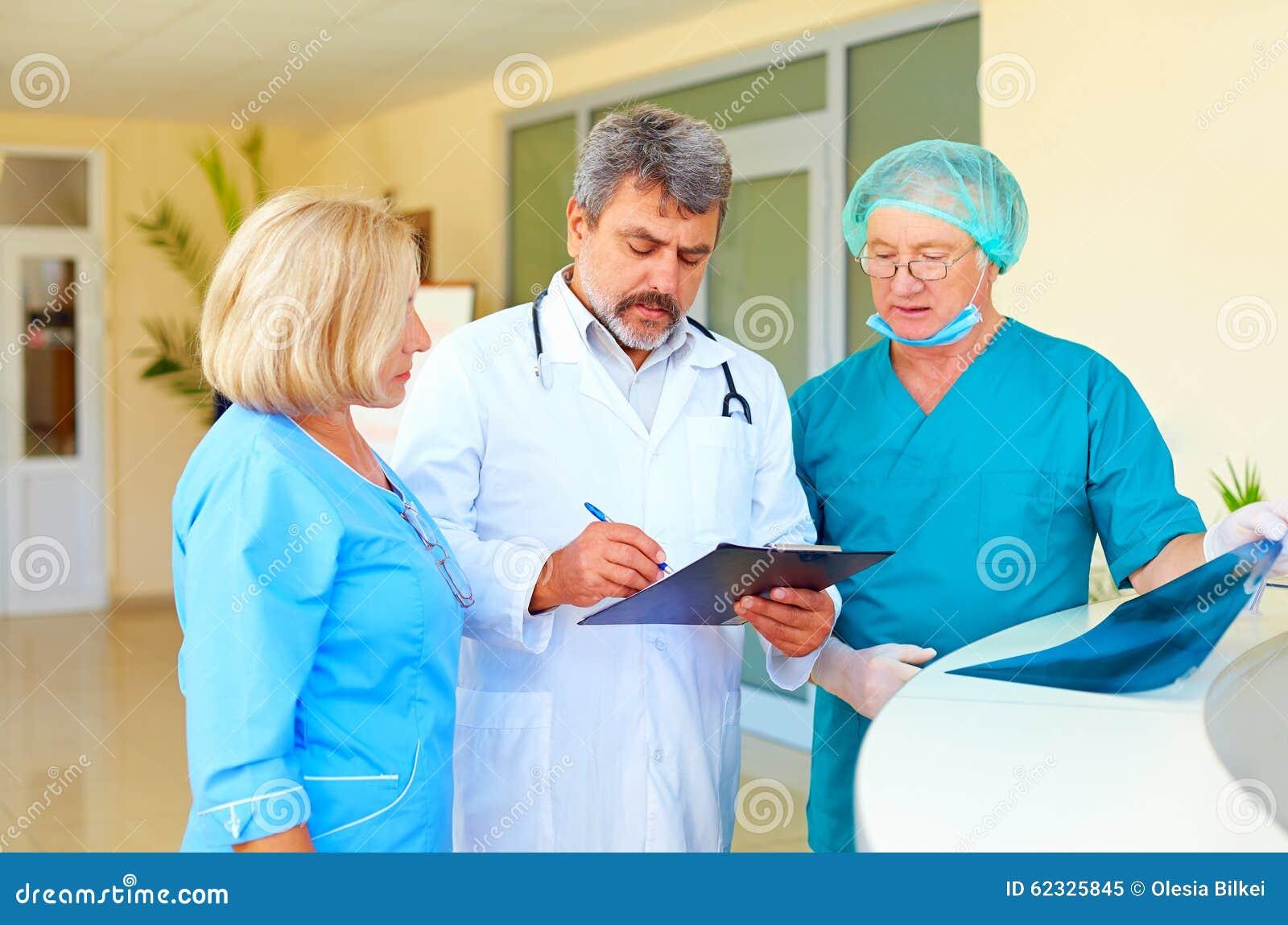 老练的咨询关于健康记录的医生和医护人员在医院