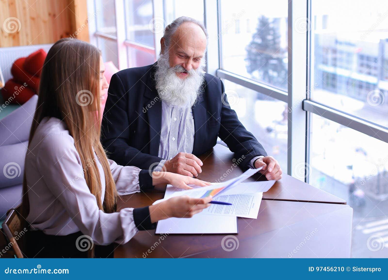 老练的商人退休了微笑并且与ne分享忠告
