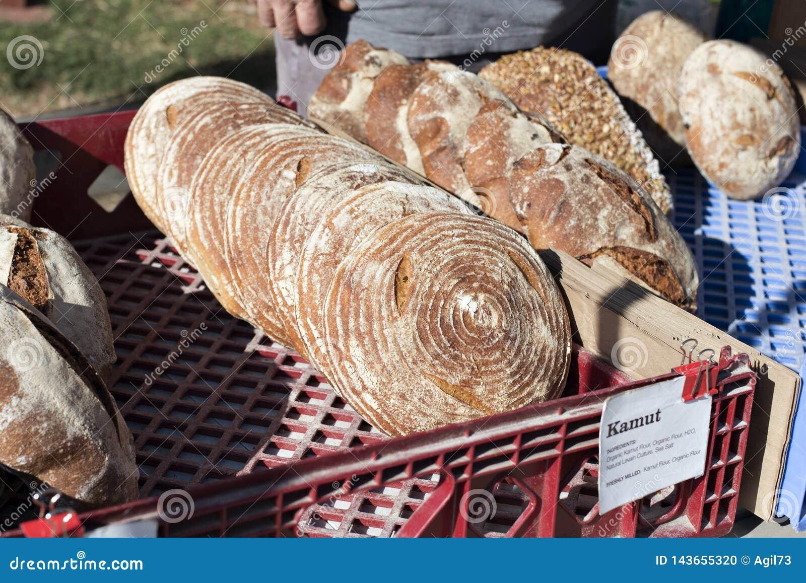 考穆特面包高看法在一个供营商摊位的待售在农夫市场上