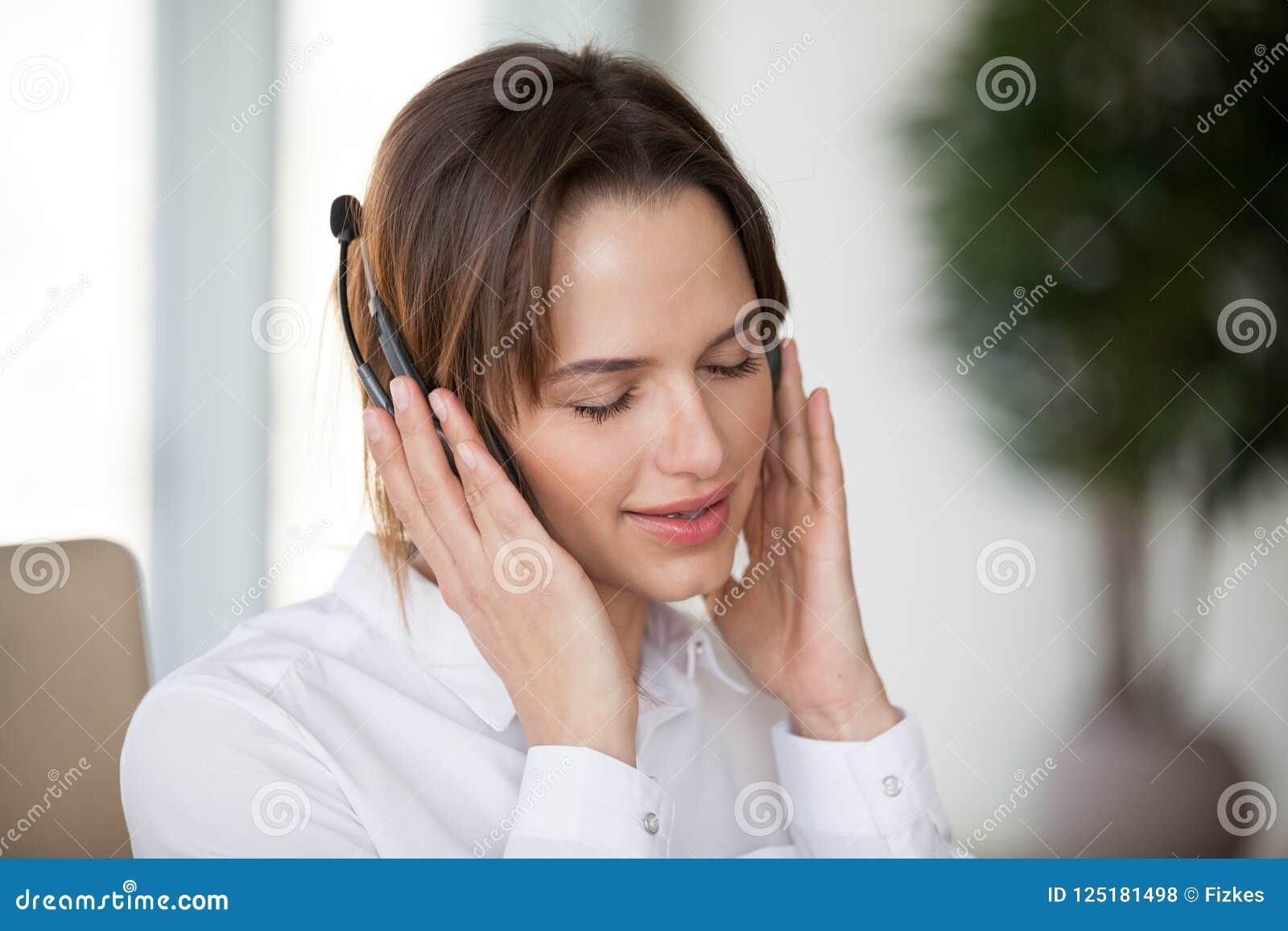 耳机的少妇享受宜人的好音乐为的放松