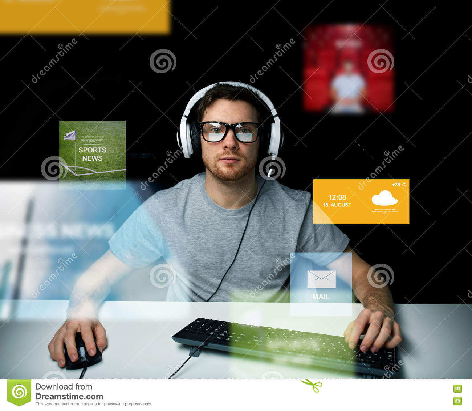 耳机计算机的人在真正媒介屏幕