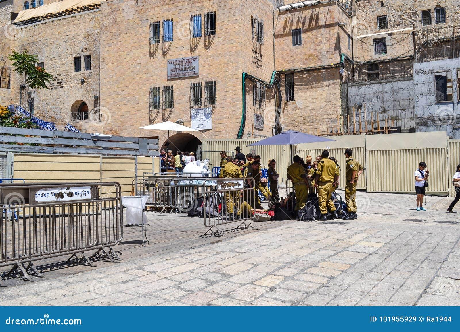耶路撒冷-2014年5月20日 以军士兵在正方形的树荫下休息在西部墙壁附近在耶路撒冷