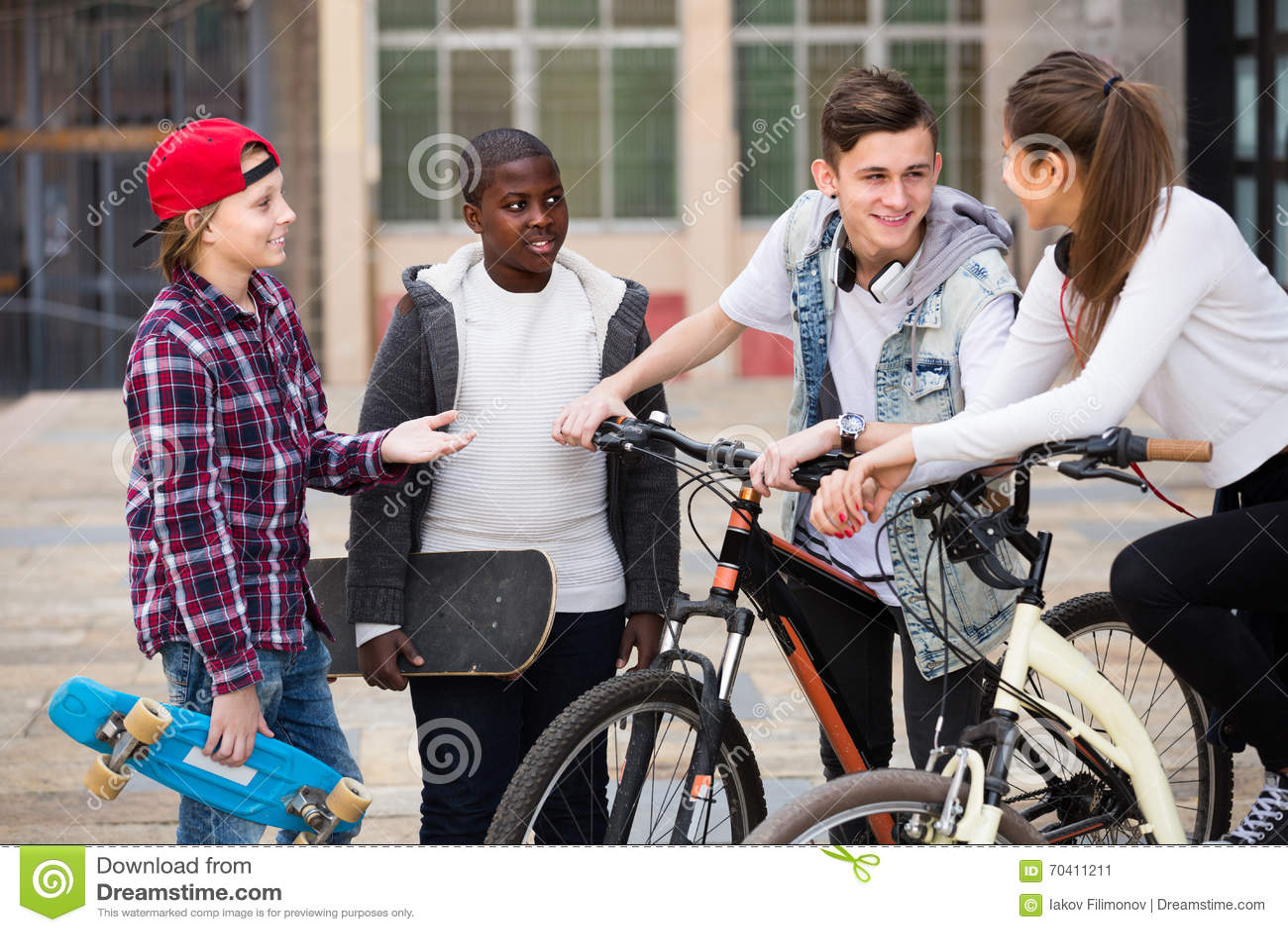 聊天在自行车附近的十几岁