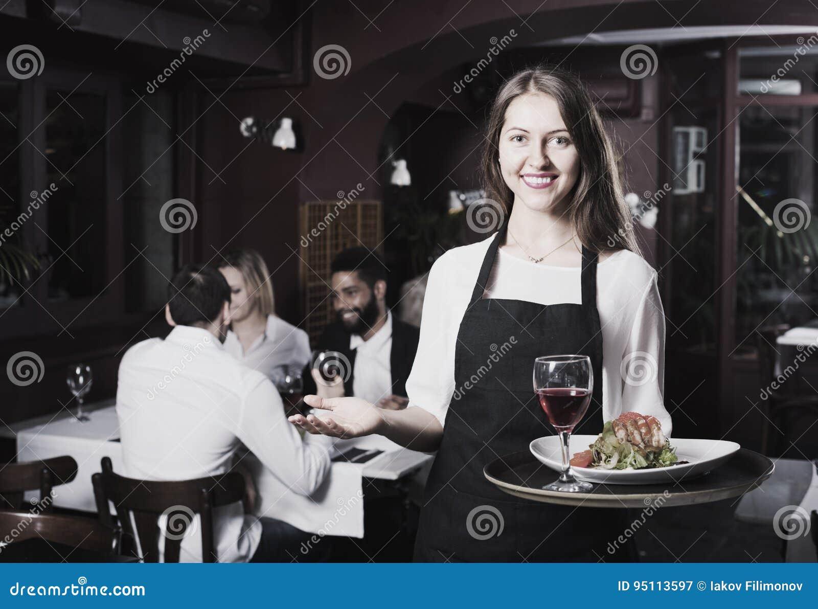 聊天的成人和快乐的女服务员