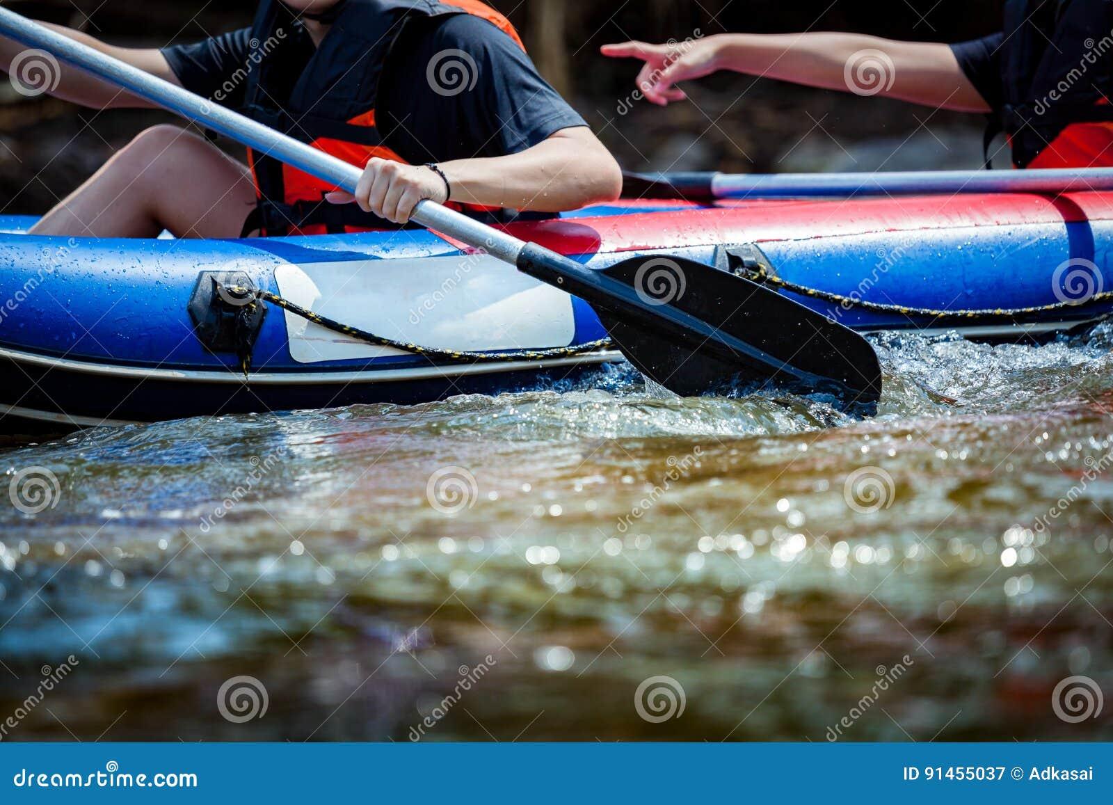 聚焦年轻人的某些部分在河漂流