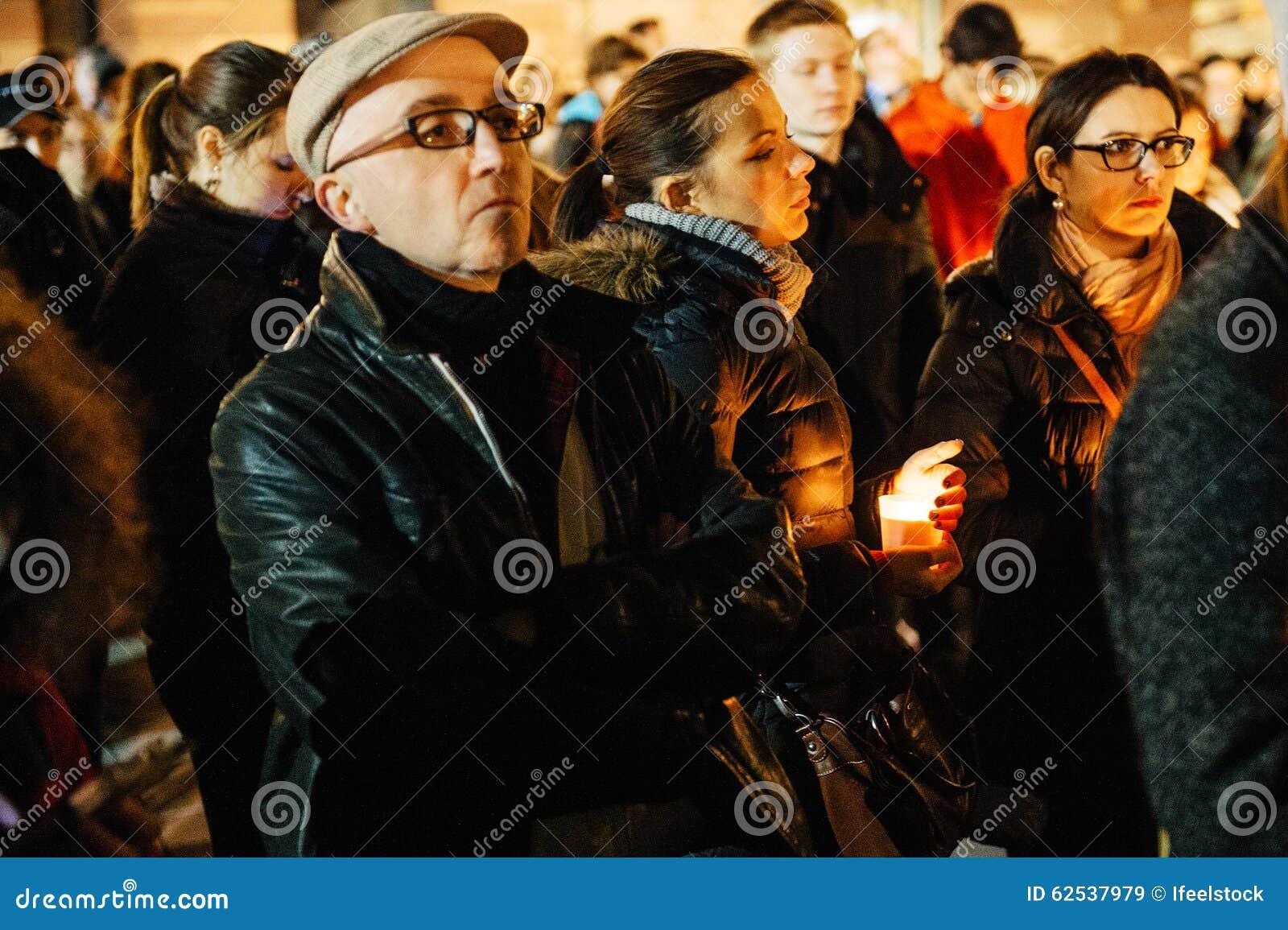 聚集与蜡烛的人们