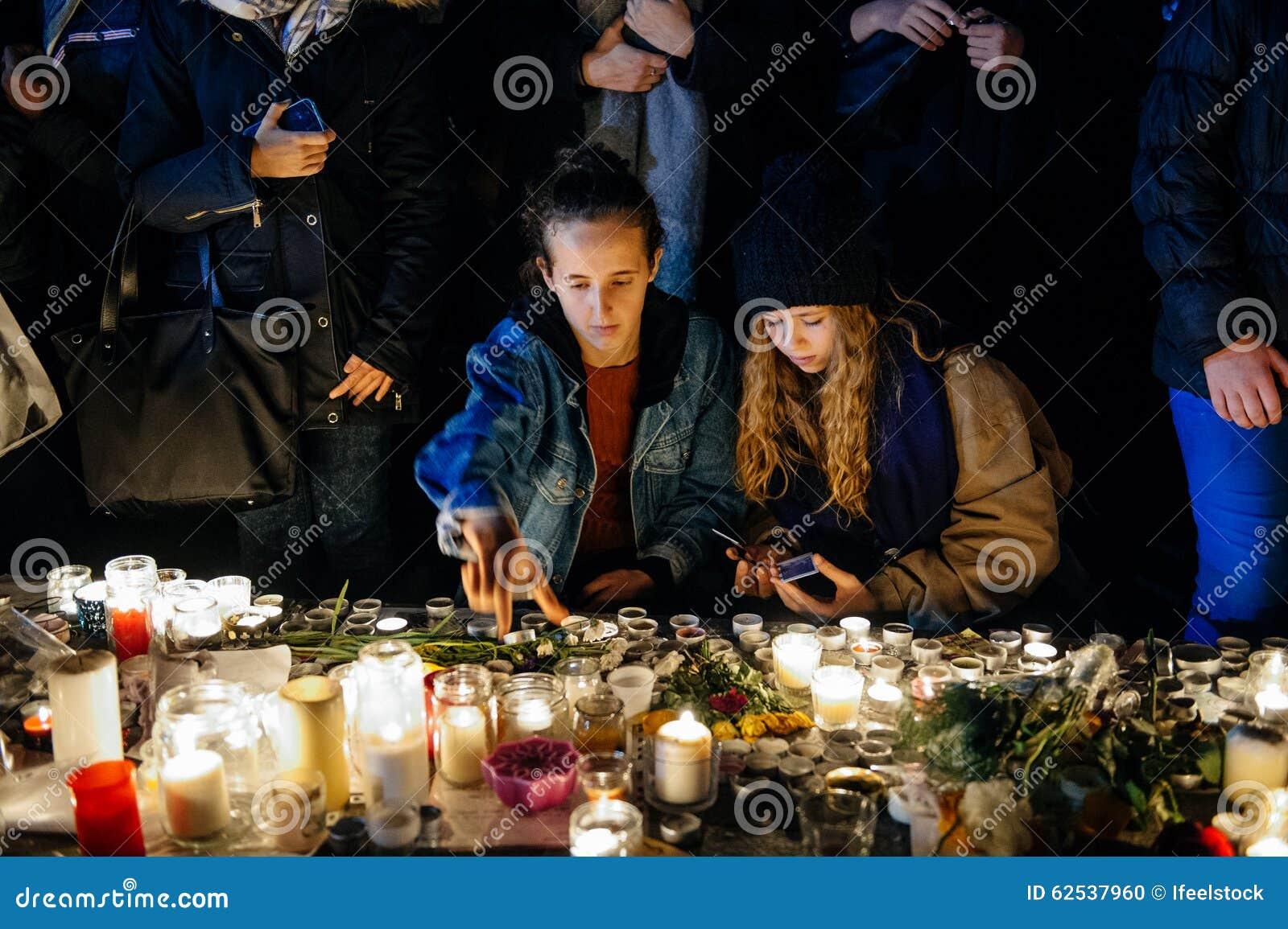 聚集从巴黎攻击的受害者团结的人们