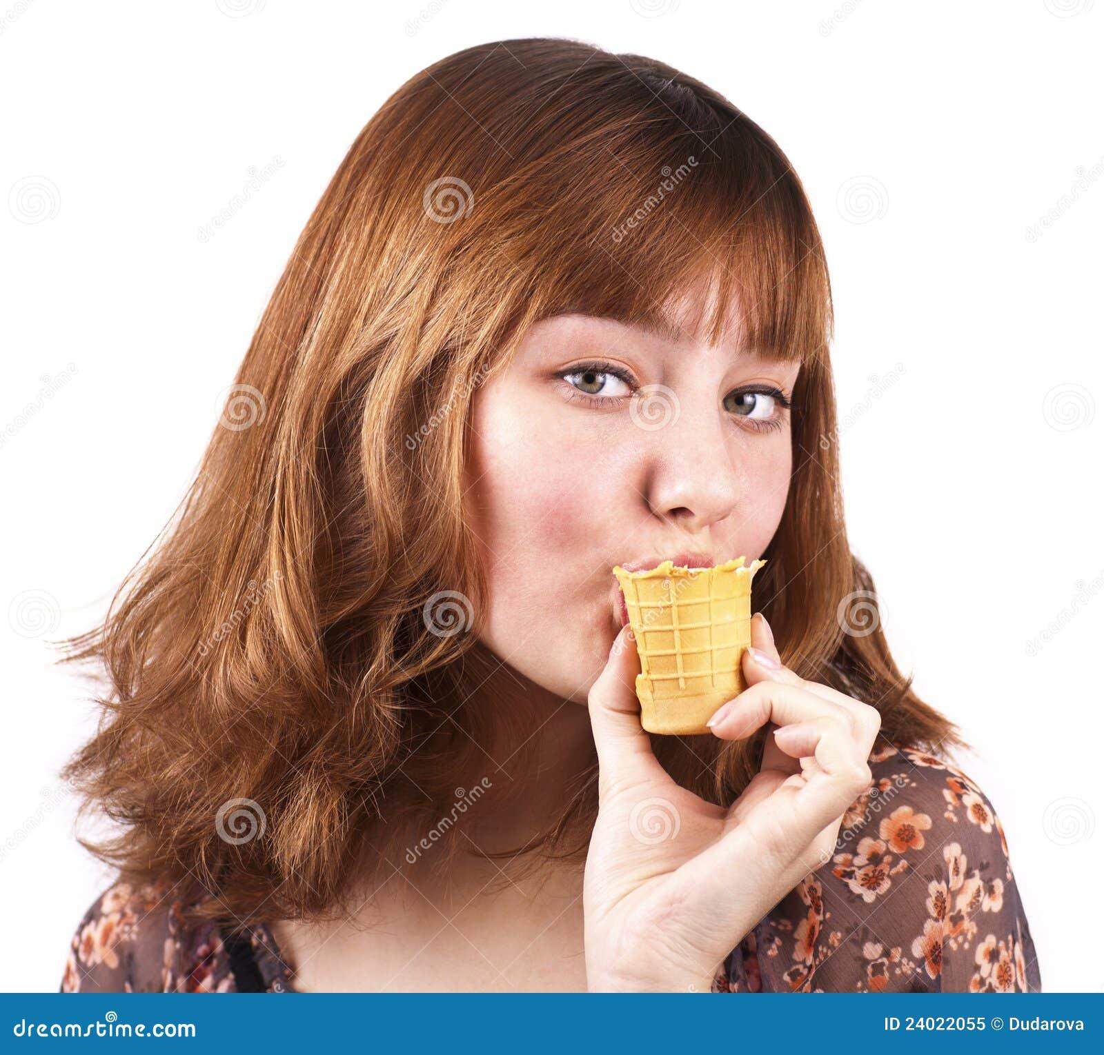聪慧的奶油色吃的冰纵向肉欲的妇女