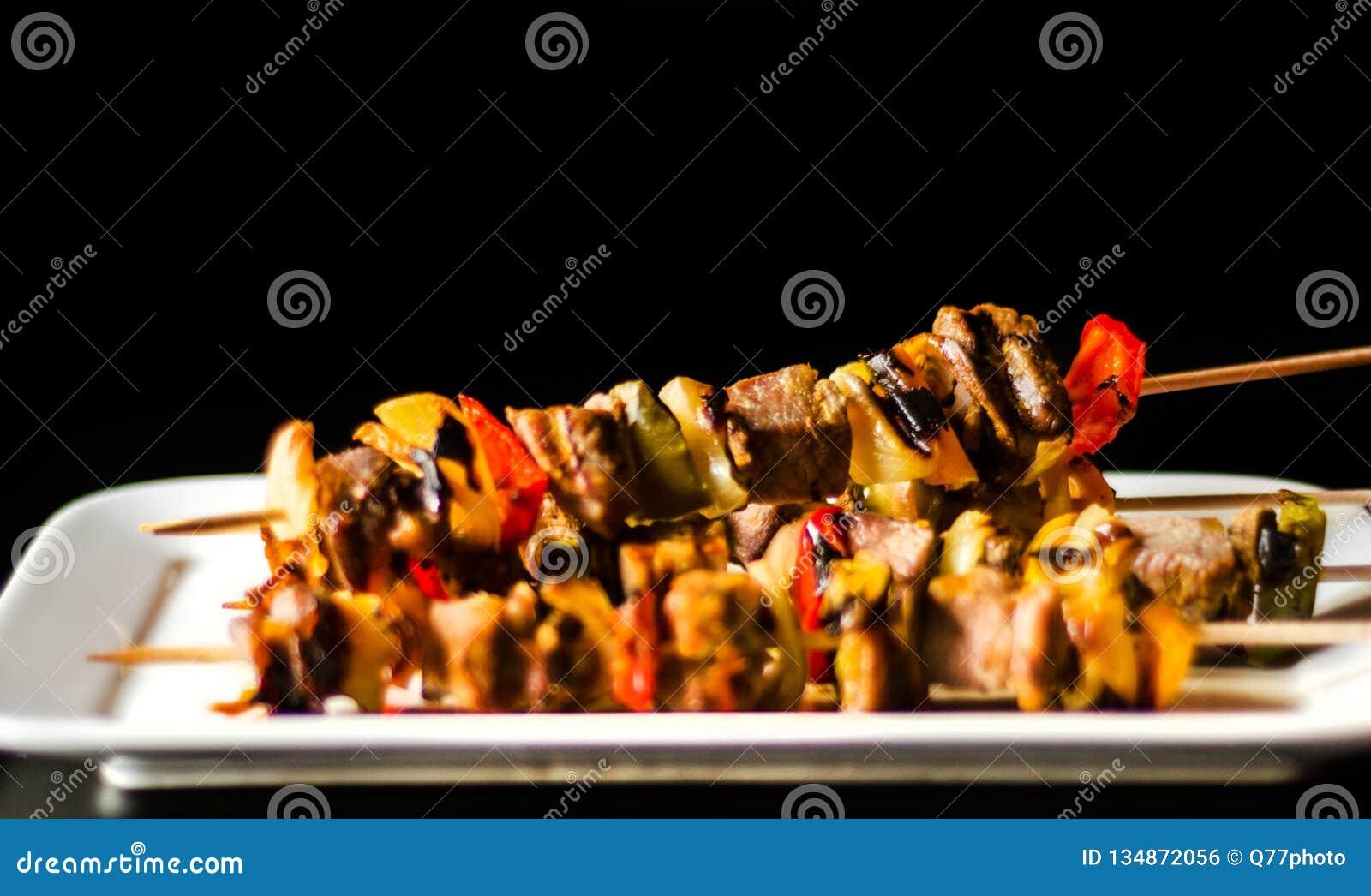 肉和菜烤串在一个木板,五颜六色和鲜美盘