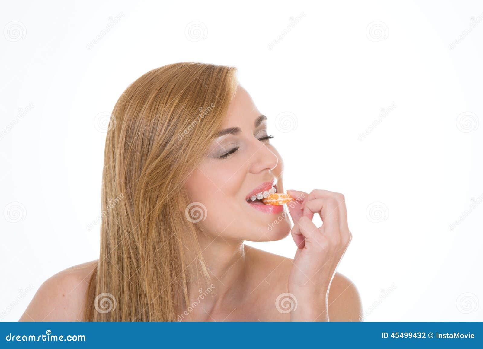 肉欲的女孩拿着柑桔