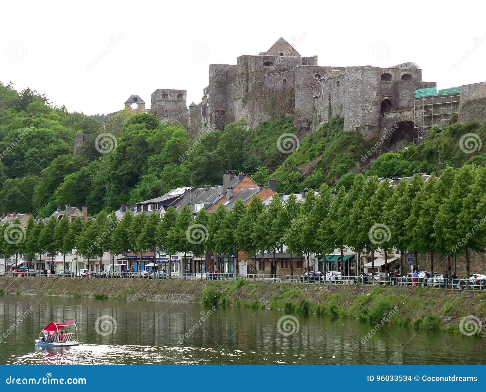 肉汤中世纪堡垒在肉汤,比利时小山顶的