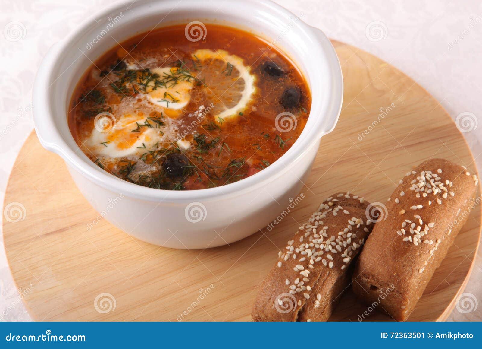 肉汤用柠檬和面包