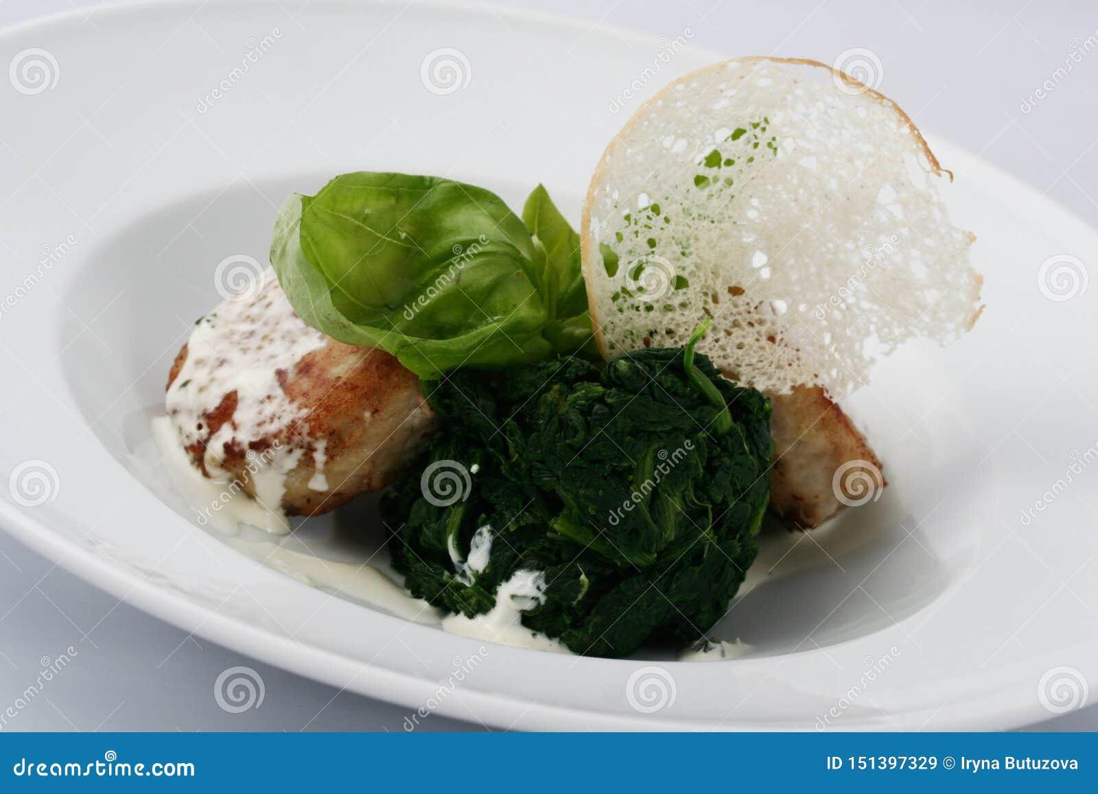 肉炸肉排用煮熟的菠菜用白汁