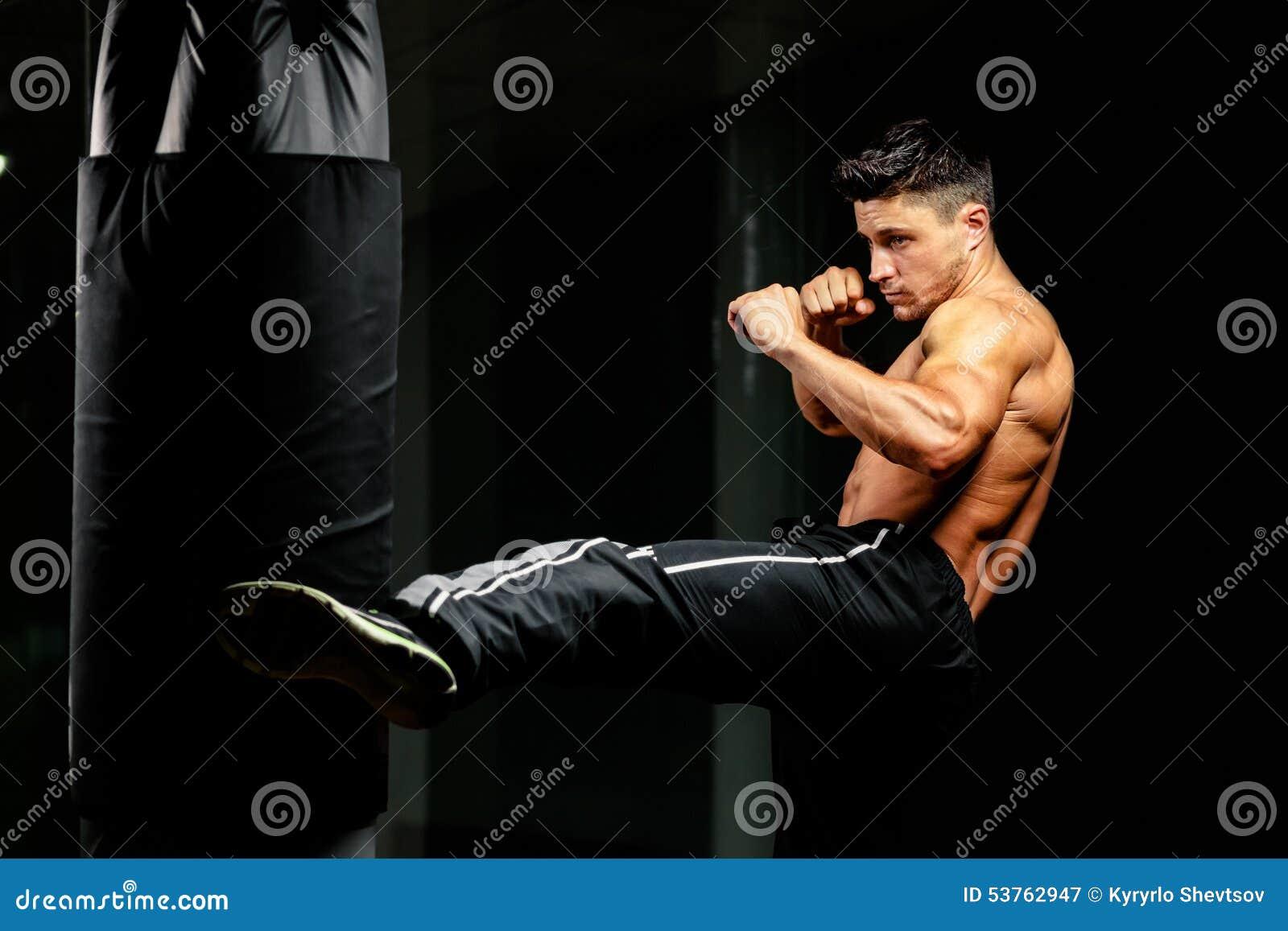肌肉对重的袋子的战斗机腿中间反撞力
