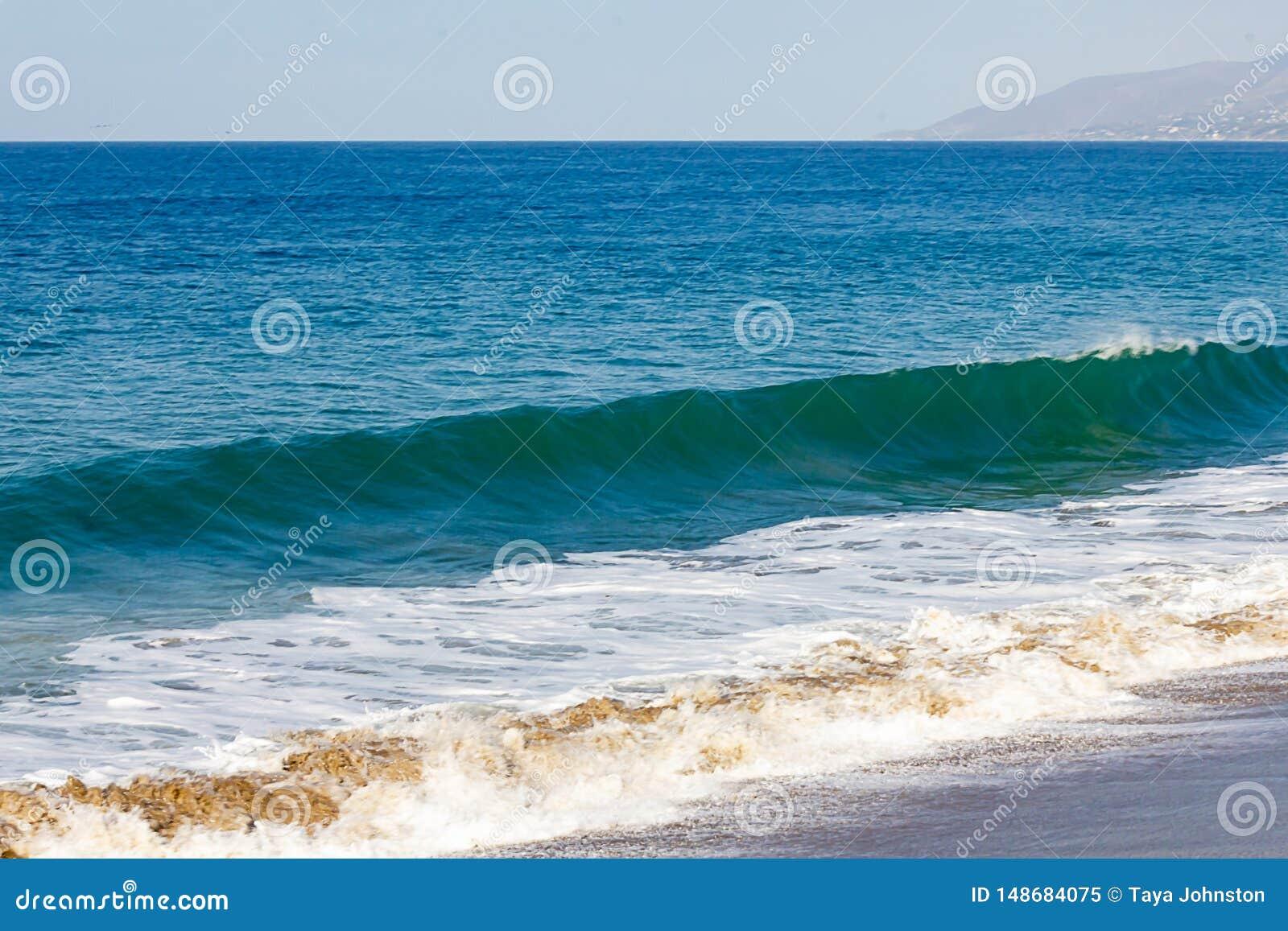 胀大与起泡沫的回流的torqpiose波浪,在海洋浩瀚对天际,小山,