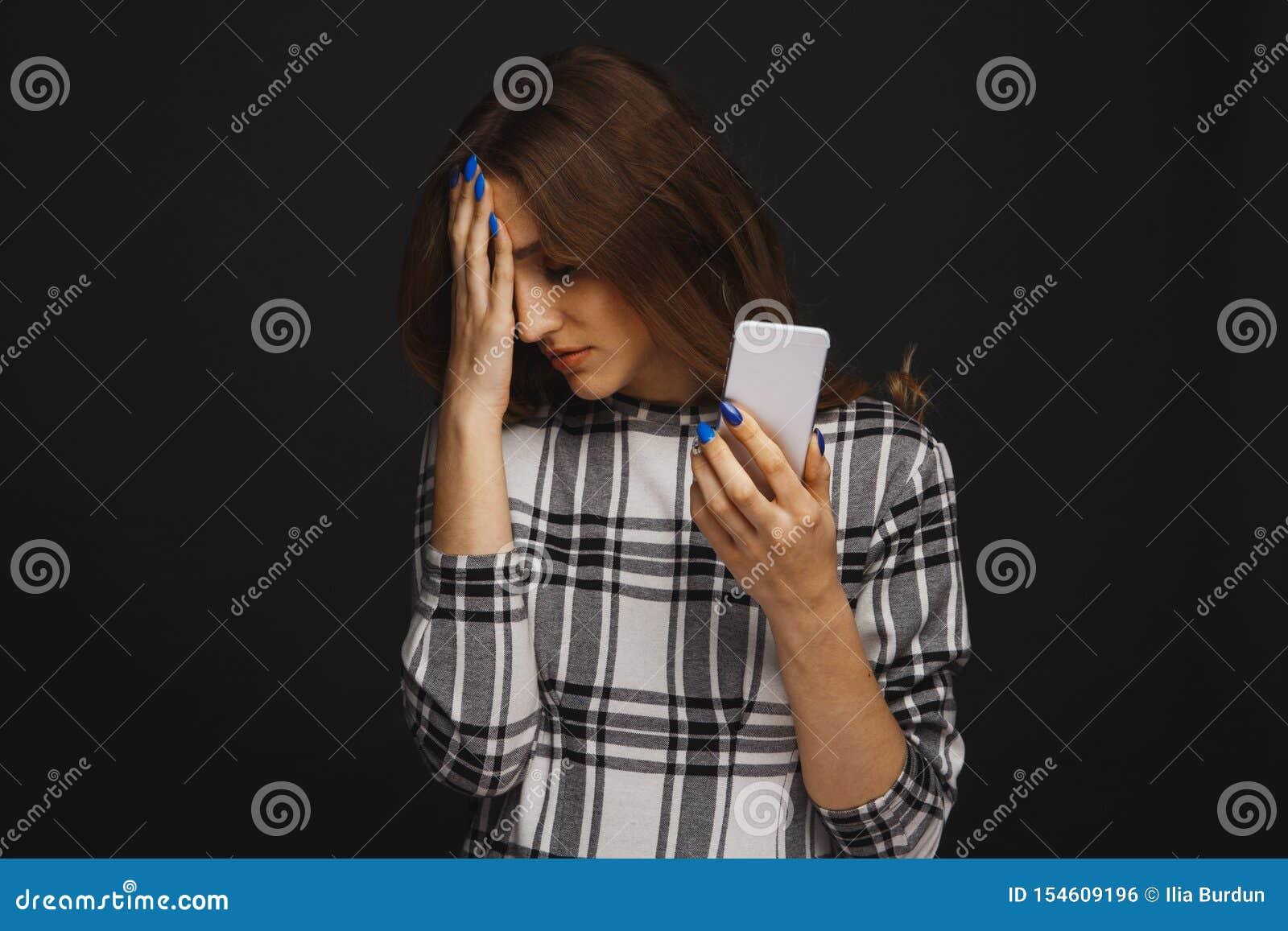 胁迫在一个长沙发的网络的哀伤的青少年的生存受害者网上开会在客厅在