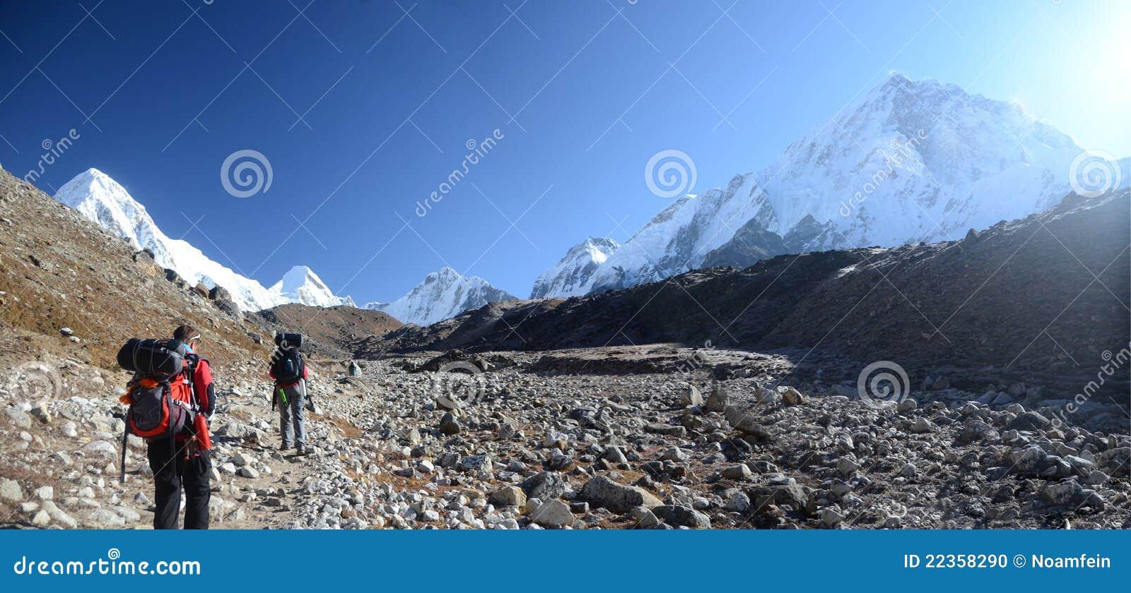 背包徒步旅行者喜马拉雅山