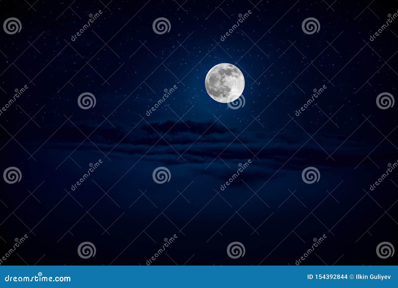 背景与星的夜空和月亮和云彩 在云彩的美丽的满月