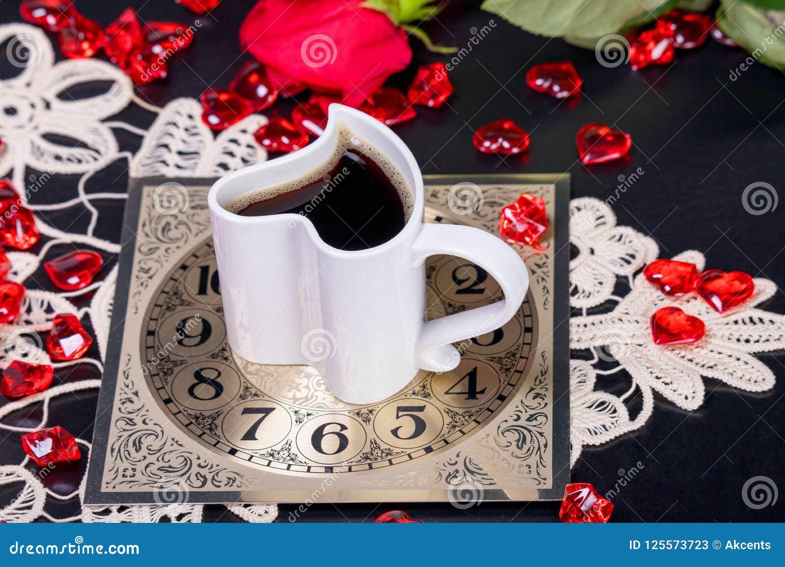 背景中断咖啡新月形面包杯子甜点 享用一杯咖啡日间放松