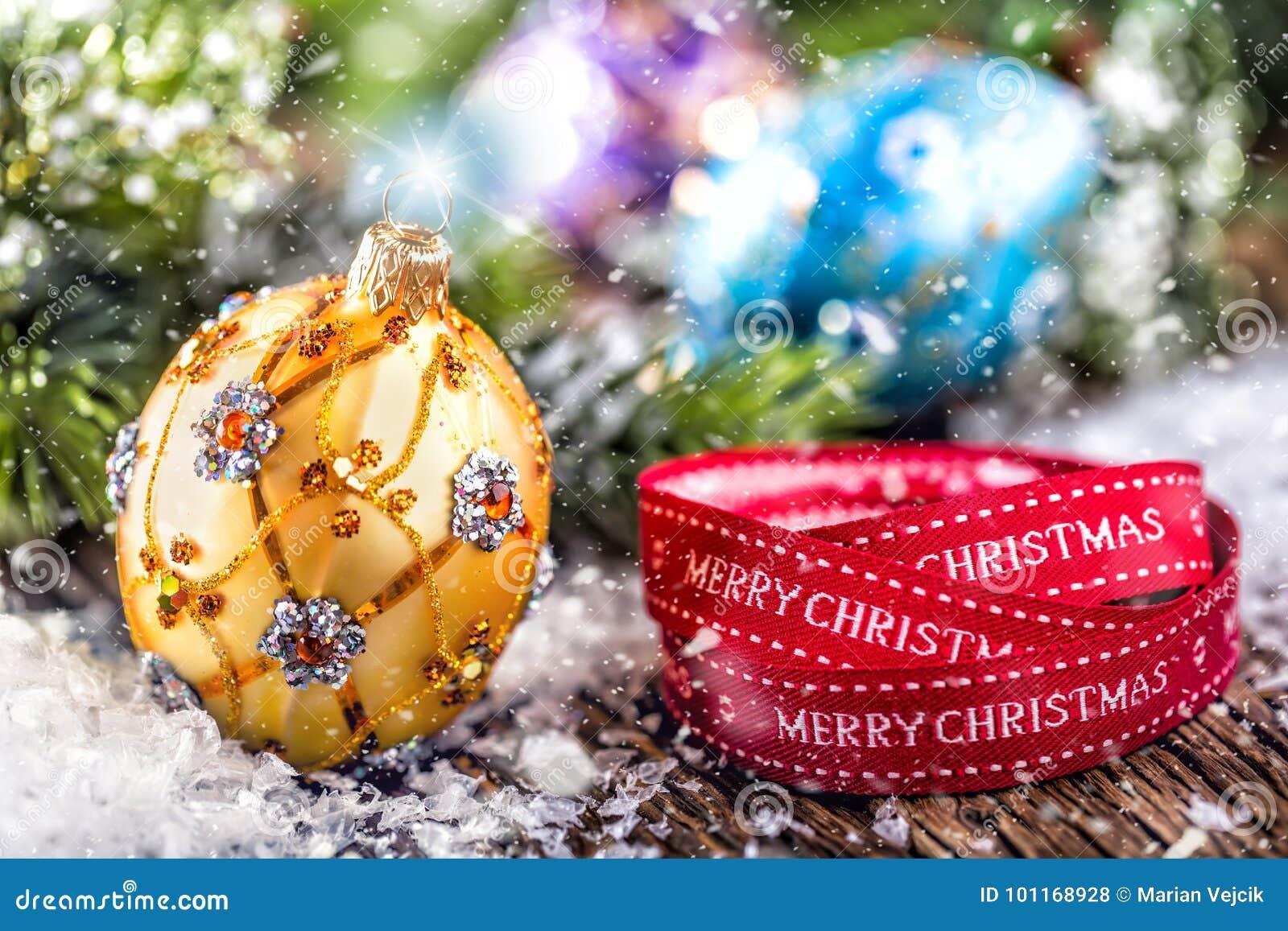 背景圣诞节关闭红色时间 豪华金黄紫色蓝色圣诞节球和装饰 与文本愉快的圣诞节的红色丝带