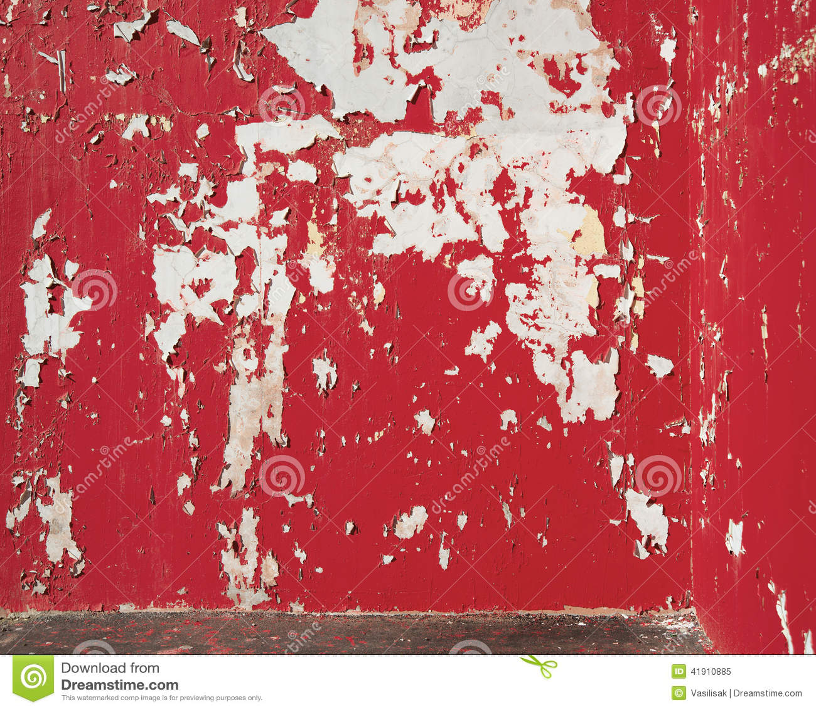 背景在墙壁上的被剥皮的红色油漆