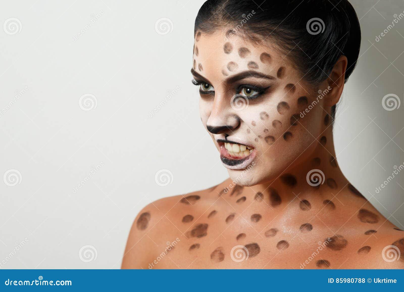 背景女孩纵向白色 面孔艺术 人体艺术 发型 黑发 通配的猫 咆哮声