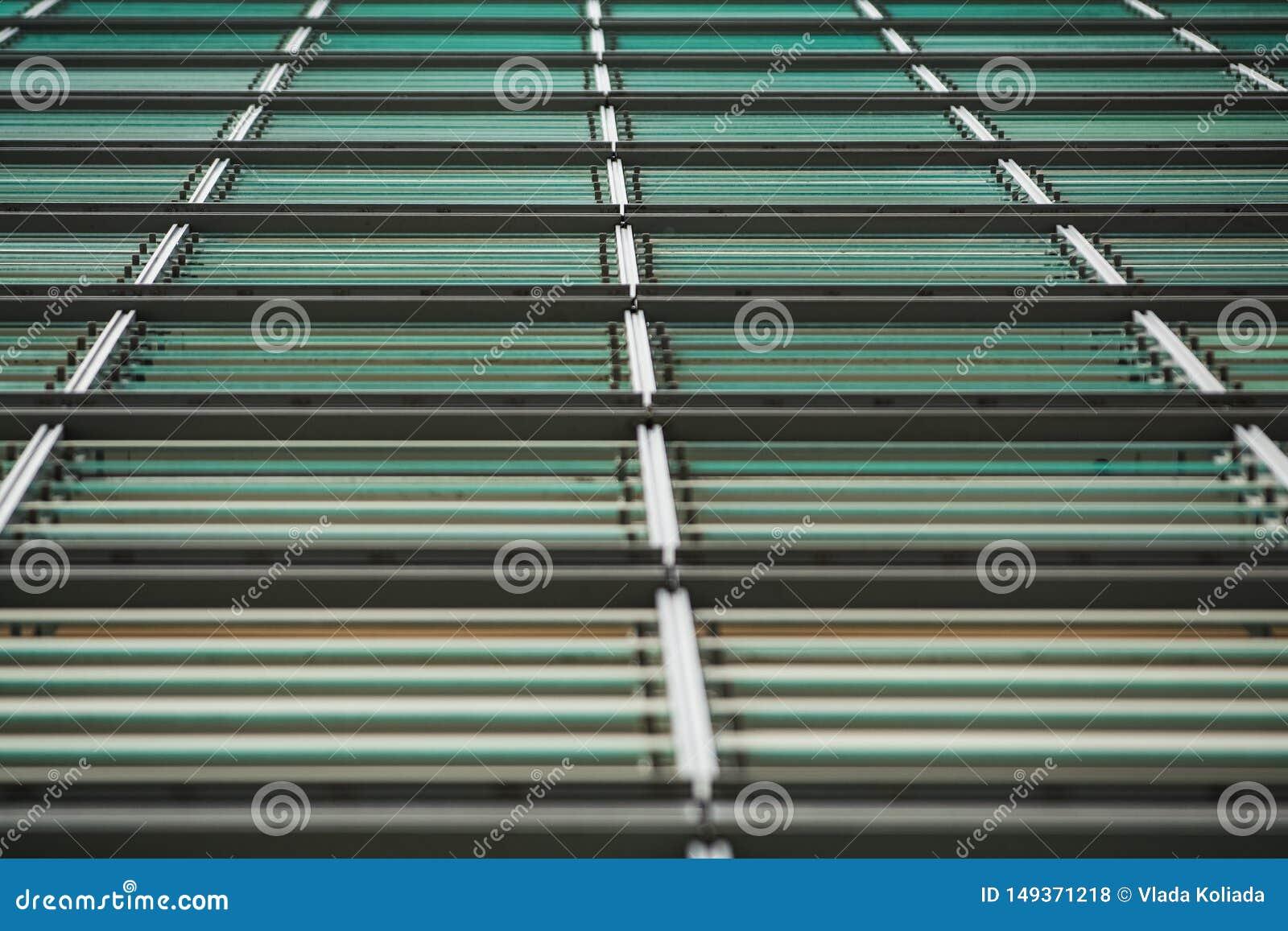 背景或纹理从一个灰色和单音金属表面与玻璃板料 ?? 建筑材料