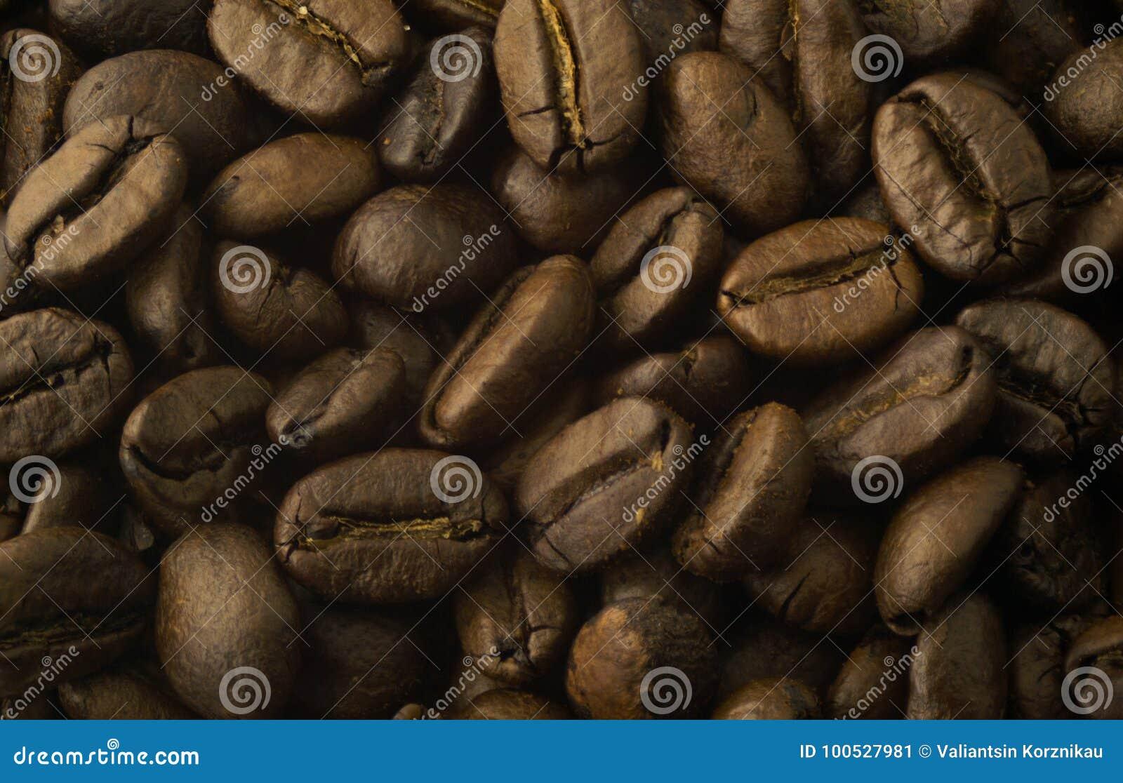 背景接近的咖啡粒查出白色的照片