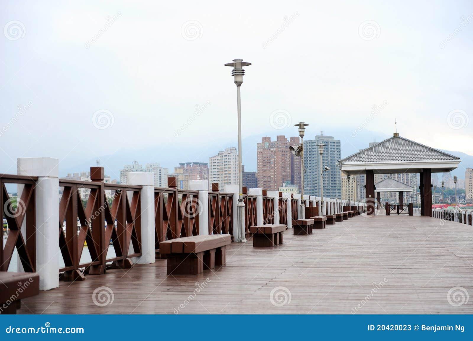背景木木板走道的摩天大楼
