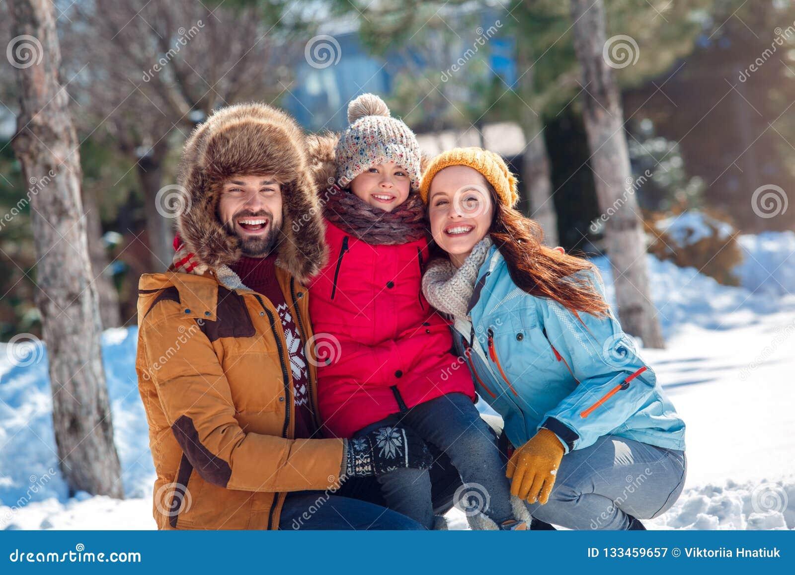 背景海滩异乎寻常的做的海洋沙子雪人热带假期白色冬天 一起坐家庭的时间户外拥抱微笑愉快
