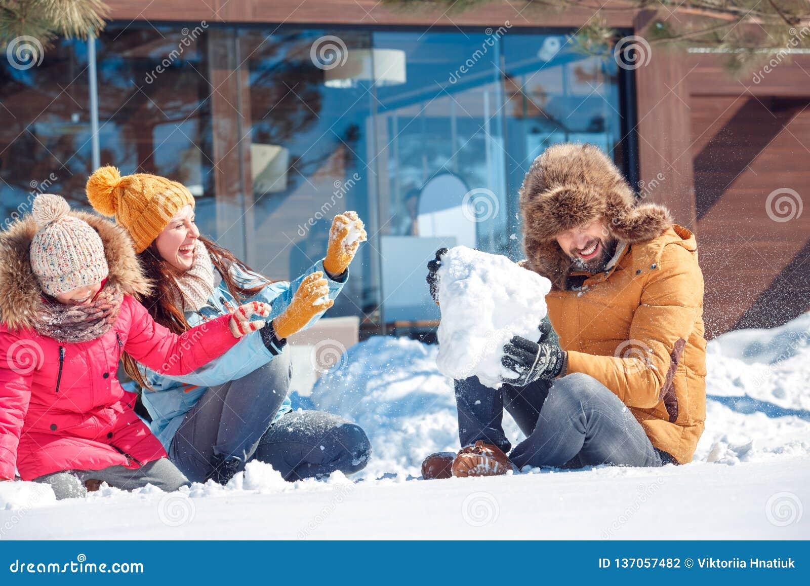 背景海滩异乎寻常的做的海洋沙子雪人热带假期白色冬天 户外一起坐使用与雪笑的家庭时间快乐