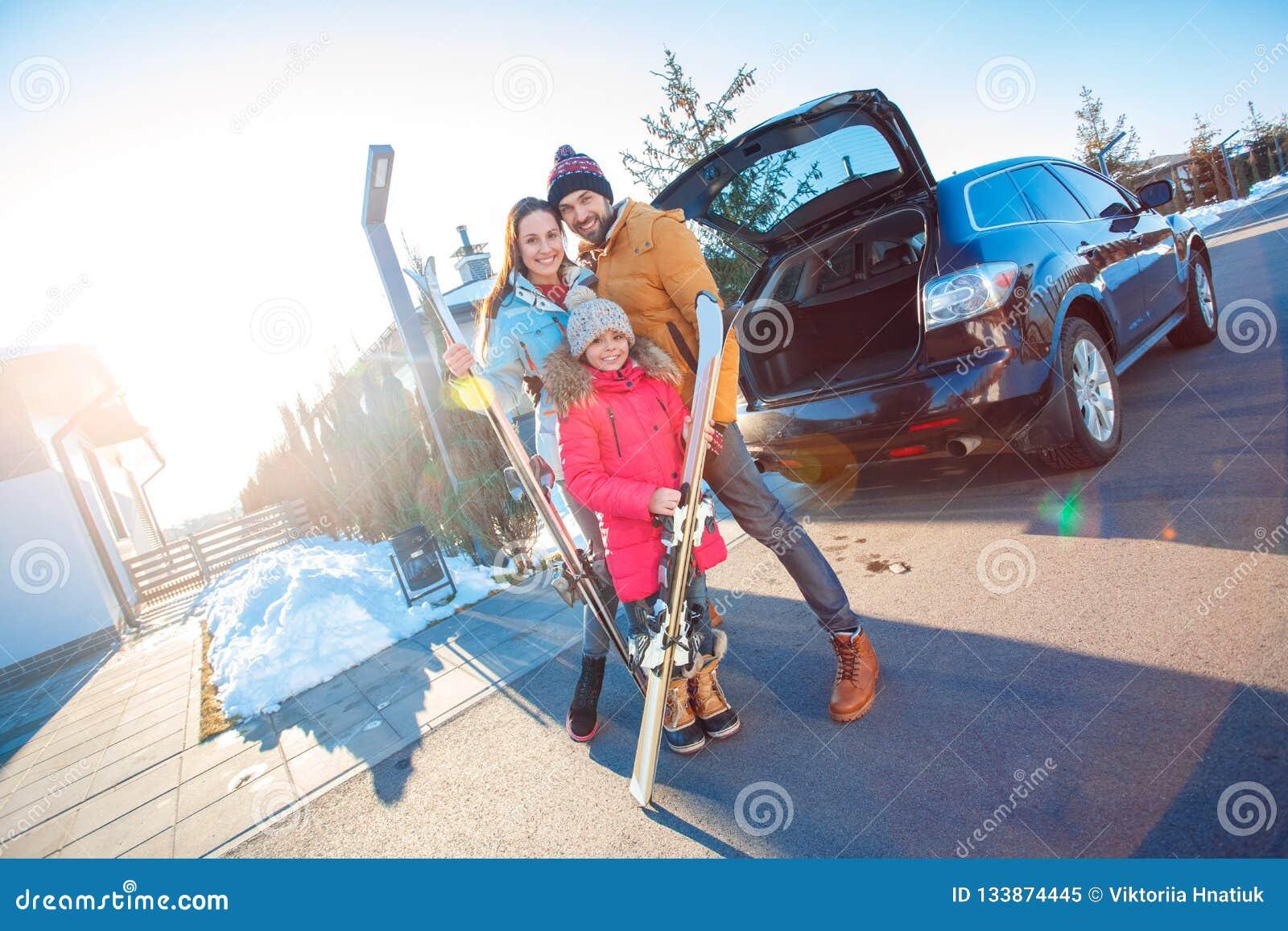 背景海滩异乎寻常的做的海洋沙子雪人热带假期白色冬天 户外一起站立拥抱的家庭时间在有滑雪微笑的汽车附近愉快