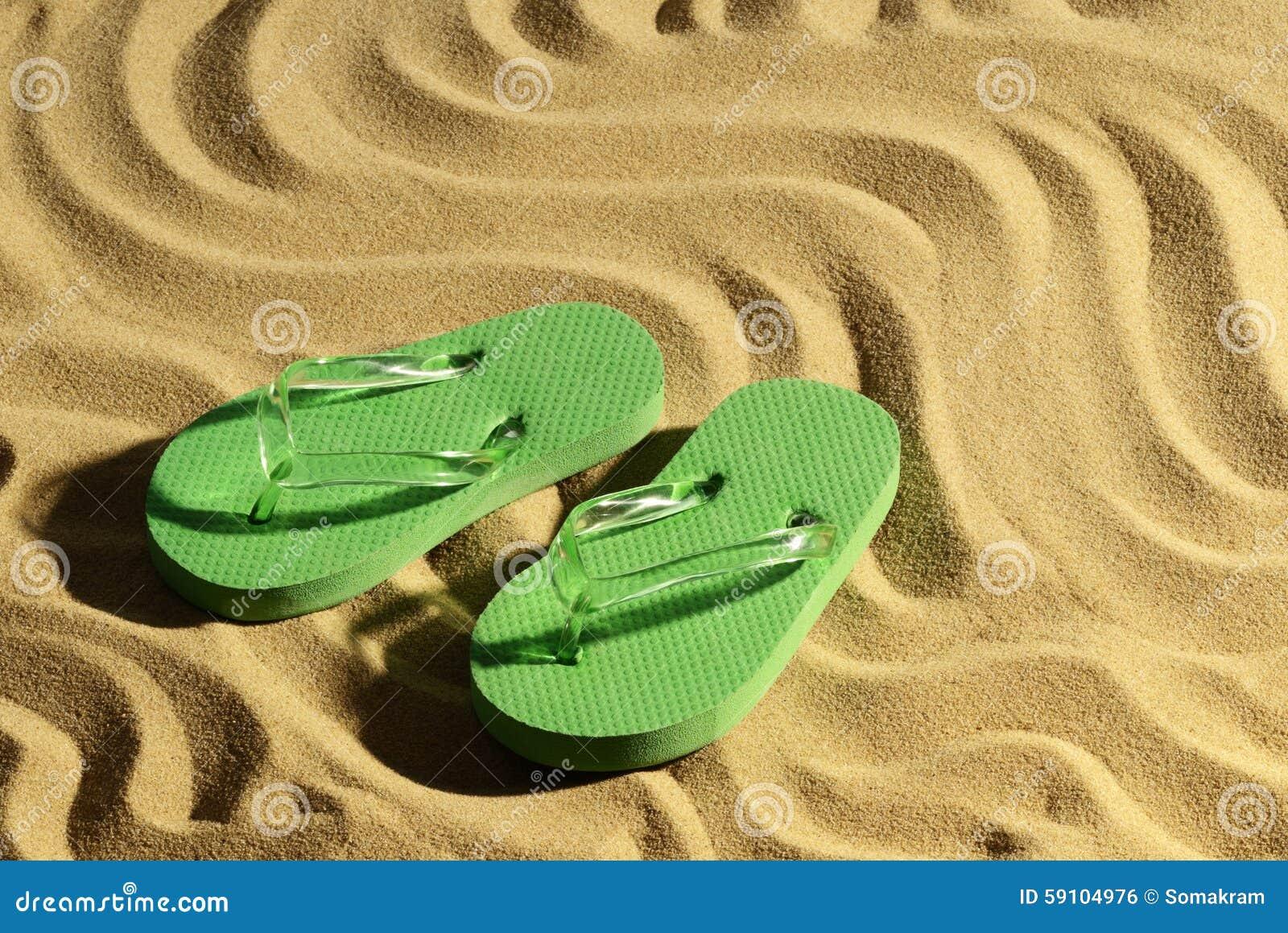 背景海滩触发器例证查出的凉鞋设置了向量空白