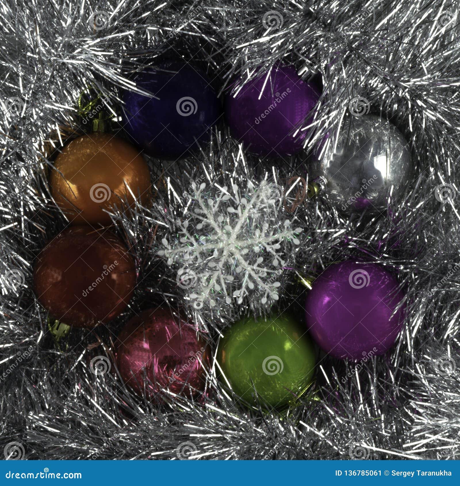 背景由圣诞节球和闪亮金属片制成
