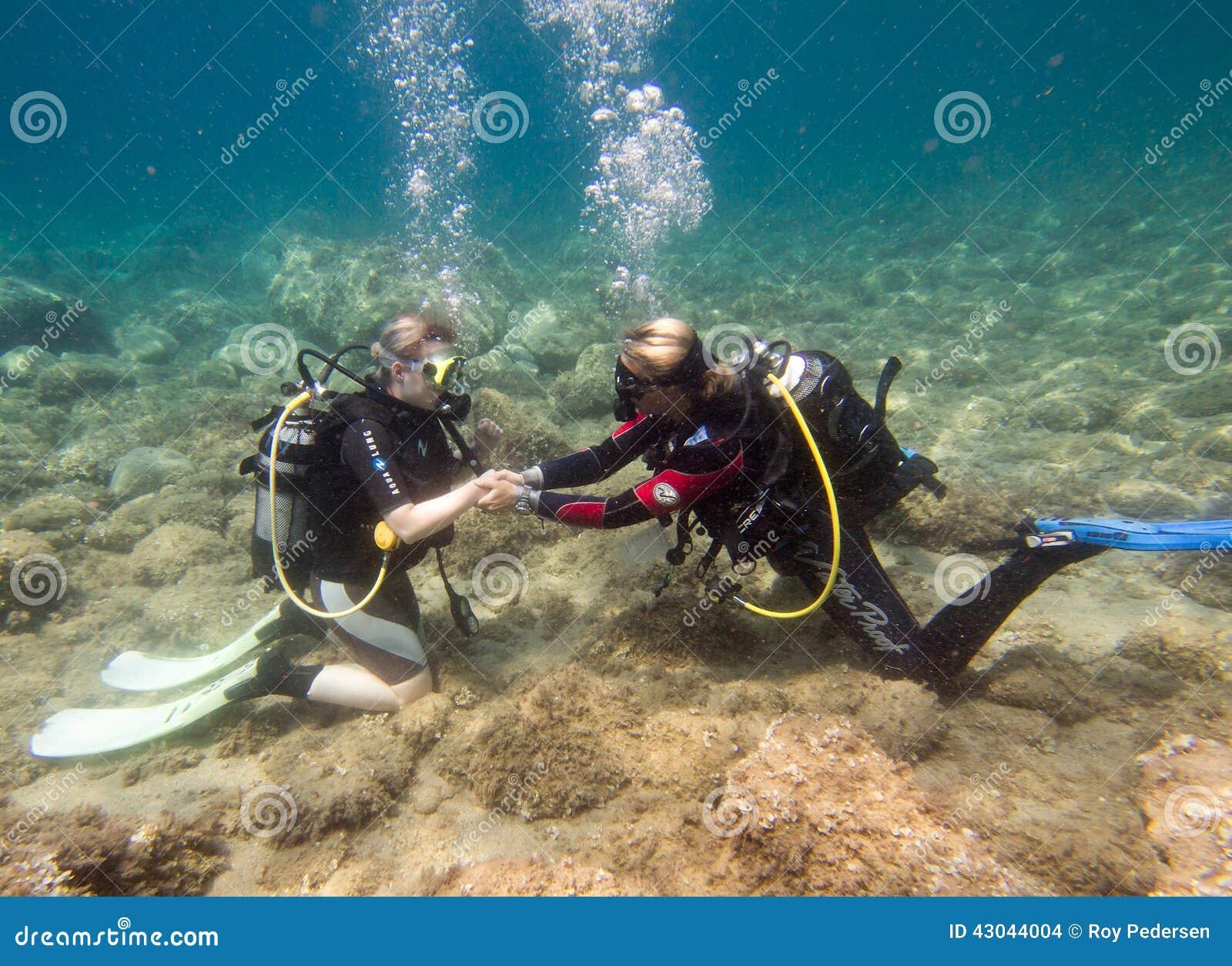 背景男孩潜水查出屏蔽水肺微笑的白色