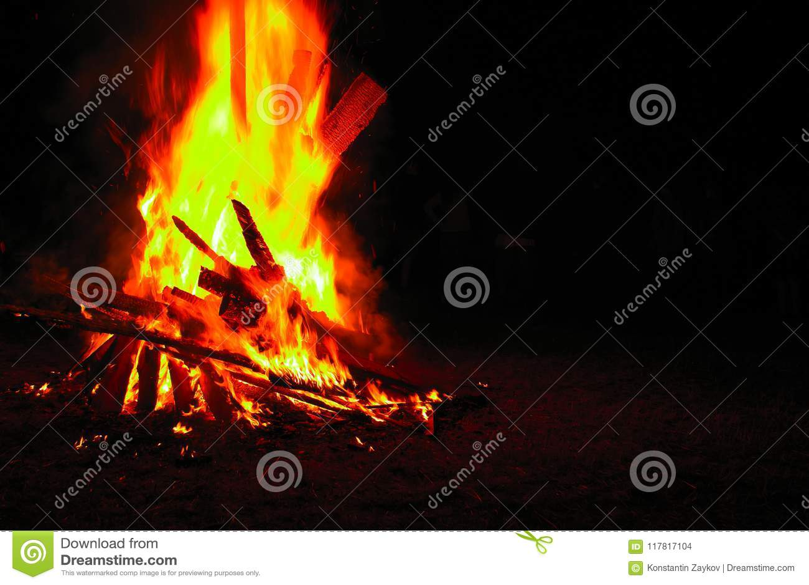 背景篝火黑暗例证 美好的火发火焰与在黑色的拷贝空间 灼烧的木头在晚上 在旅游阵营的营火