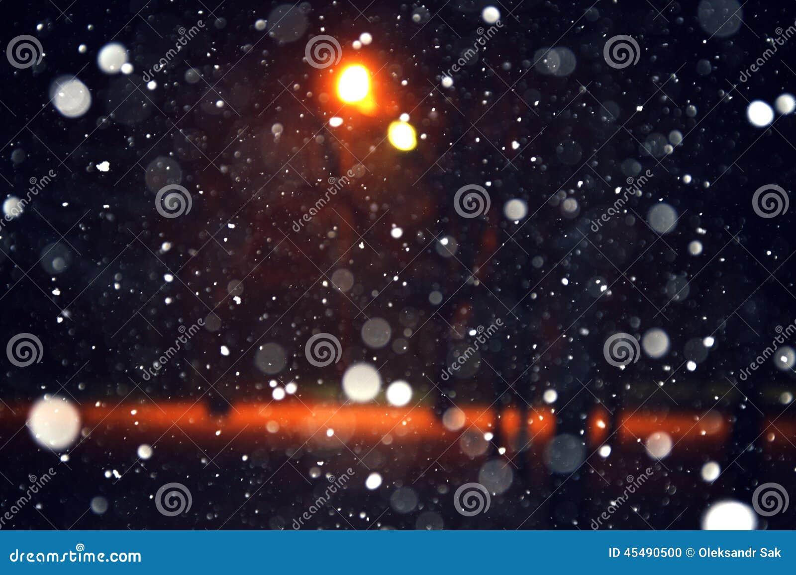 背景雪在晚上落