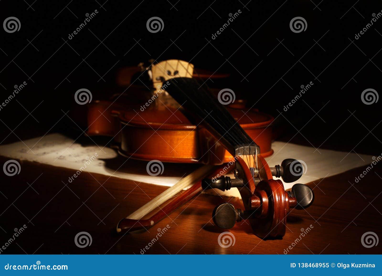 背景黑色小提琴 活页乐谱和弓