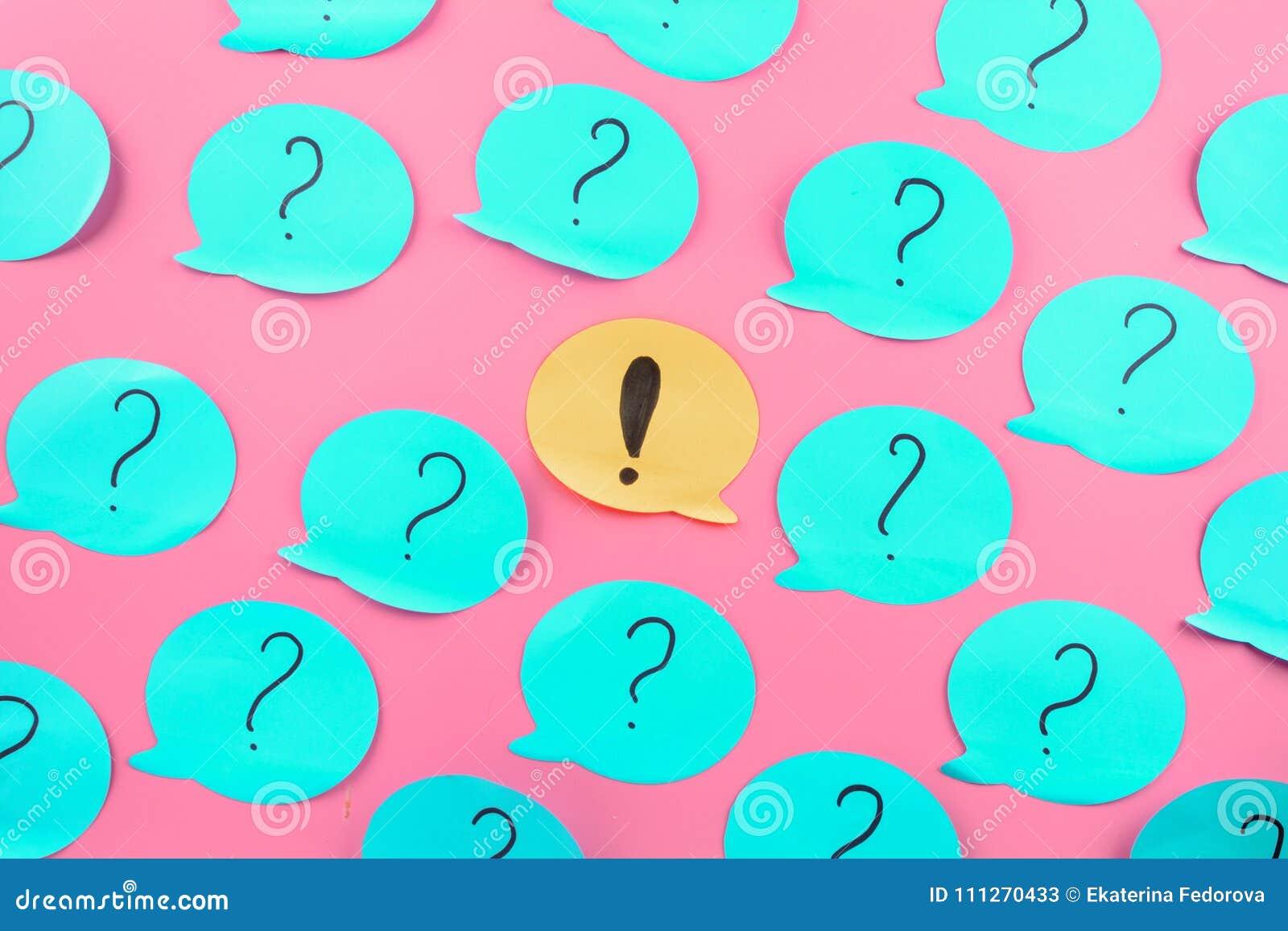 背景,贴纸 感叹号在中心 在蓝纸写的问号