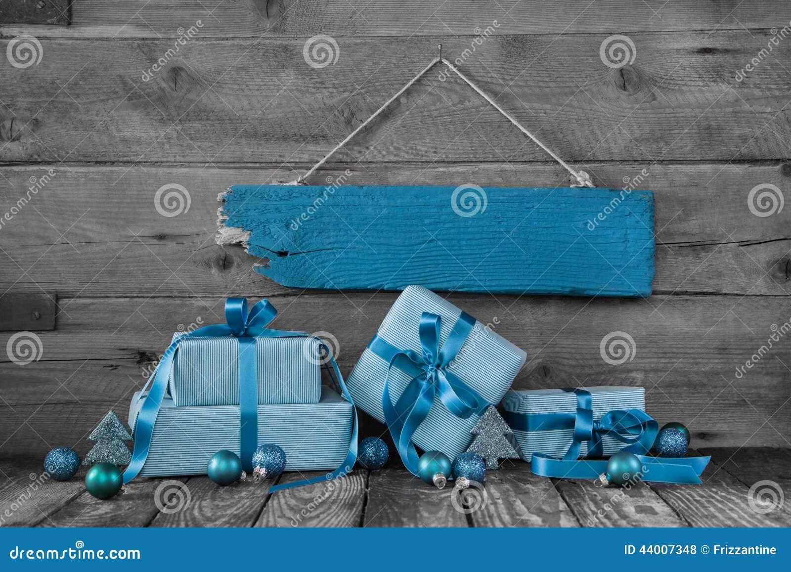 背景:圣诞节证件或优惠券与礼物在turquoi