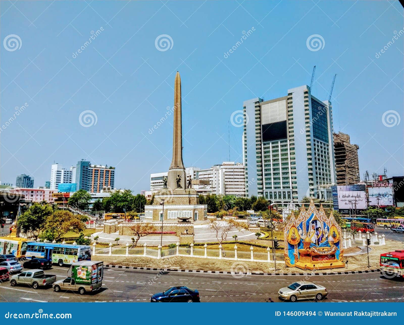 胜利纪念碑和街道看法在曼谷泰国