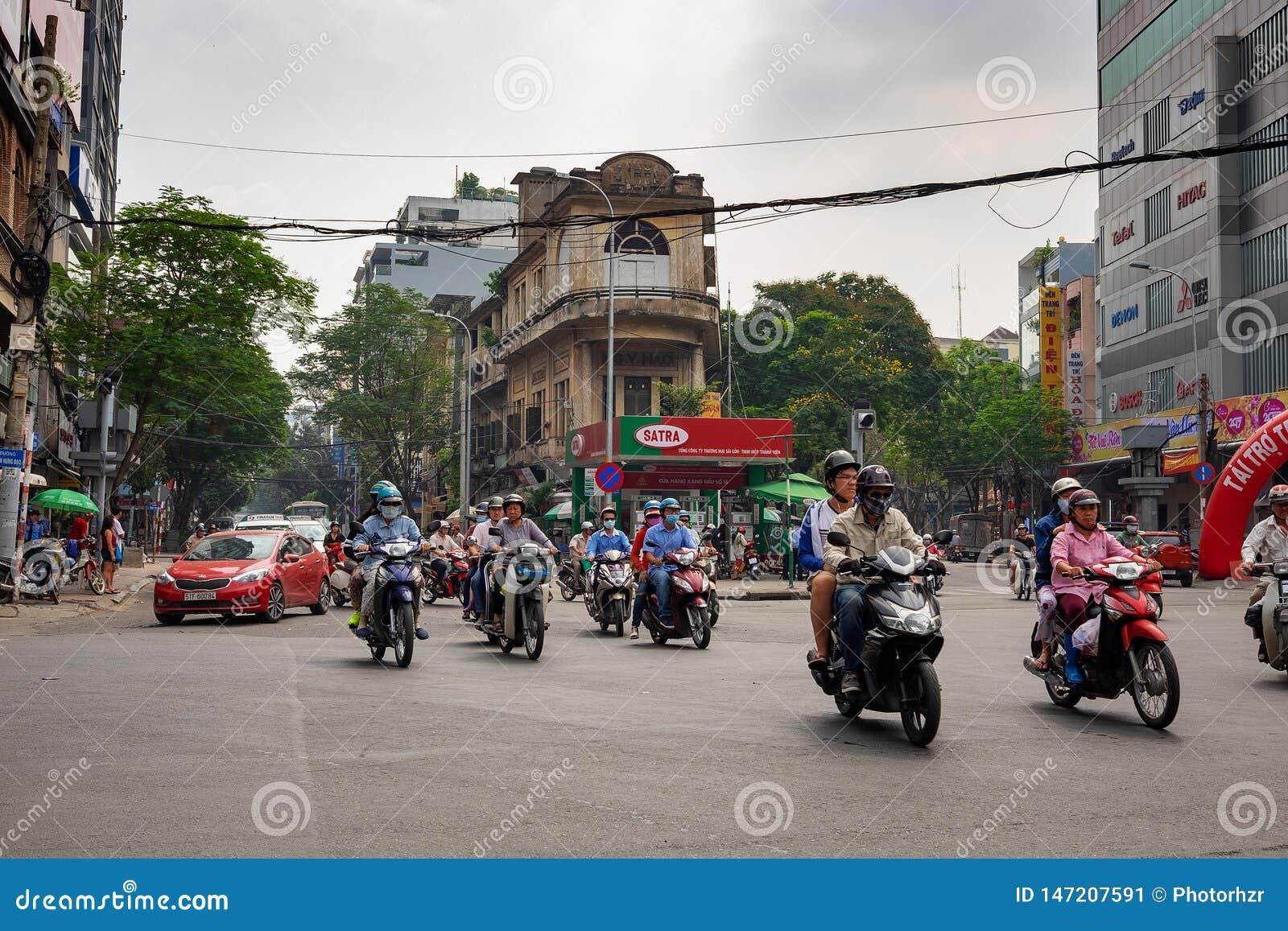 胡志明,西贡,越南- 2016年12月25日:一堵车在胡志明,越南  脚踏车和滑行车Hundrgeds