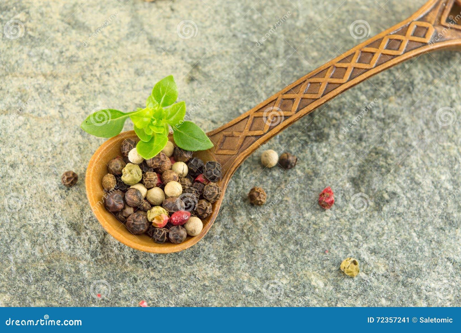 胡椒在一把木匙子的香料五谷