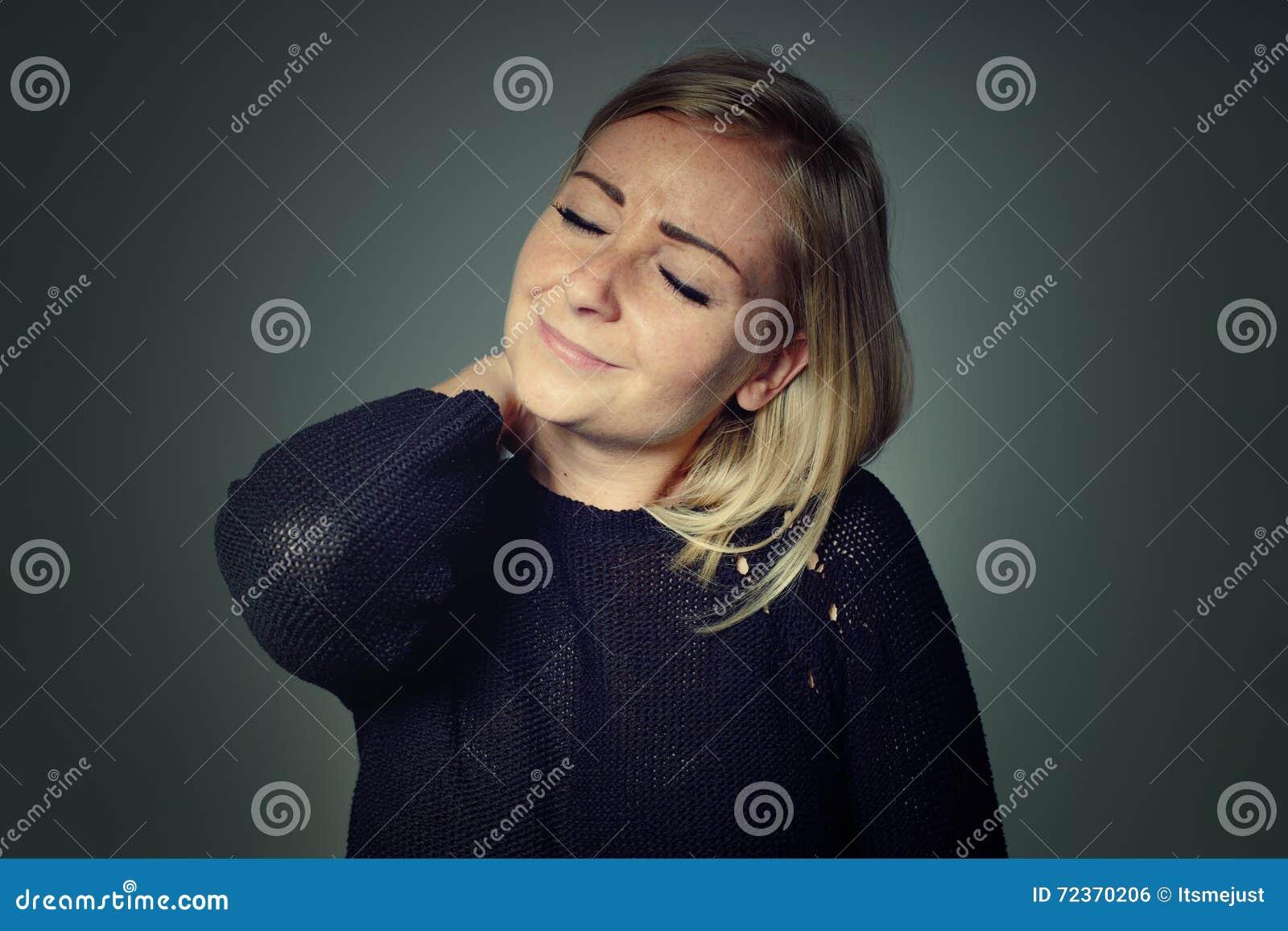 脖子痛妇女